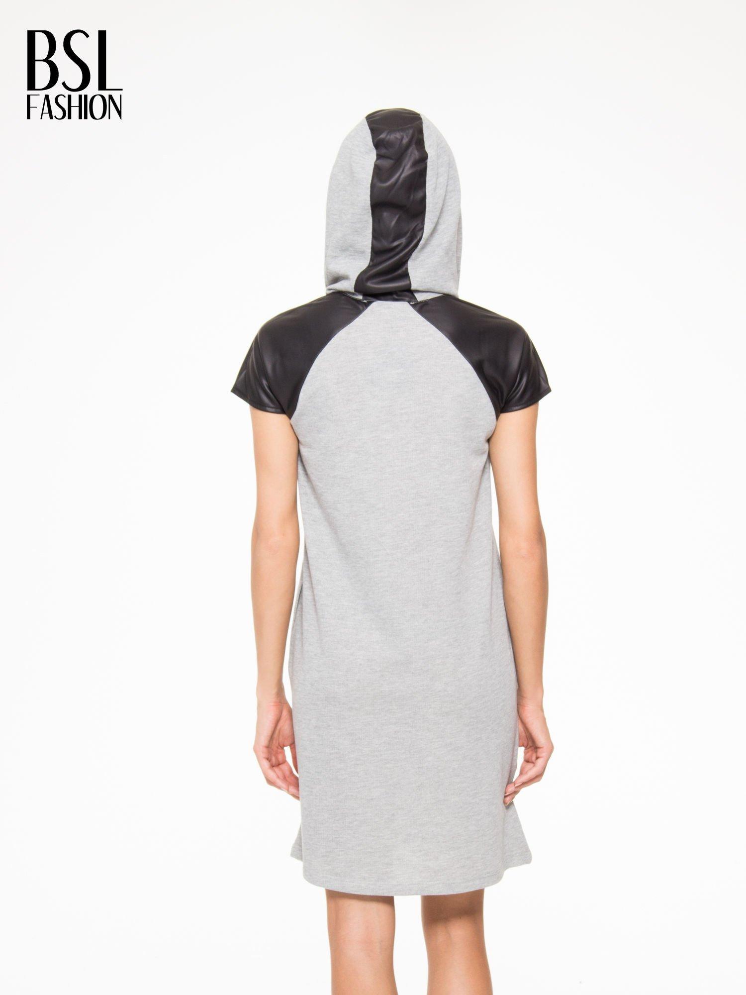 Szara sukienka z kapturem z wstawkami ze skóry                                  zdj.                                  8