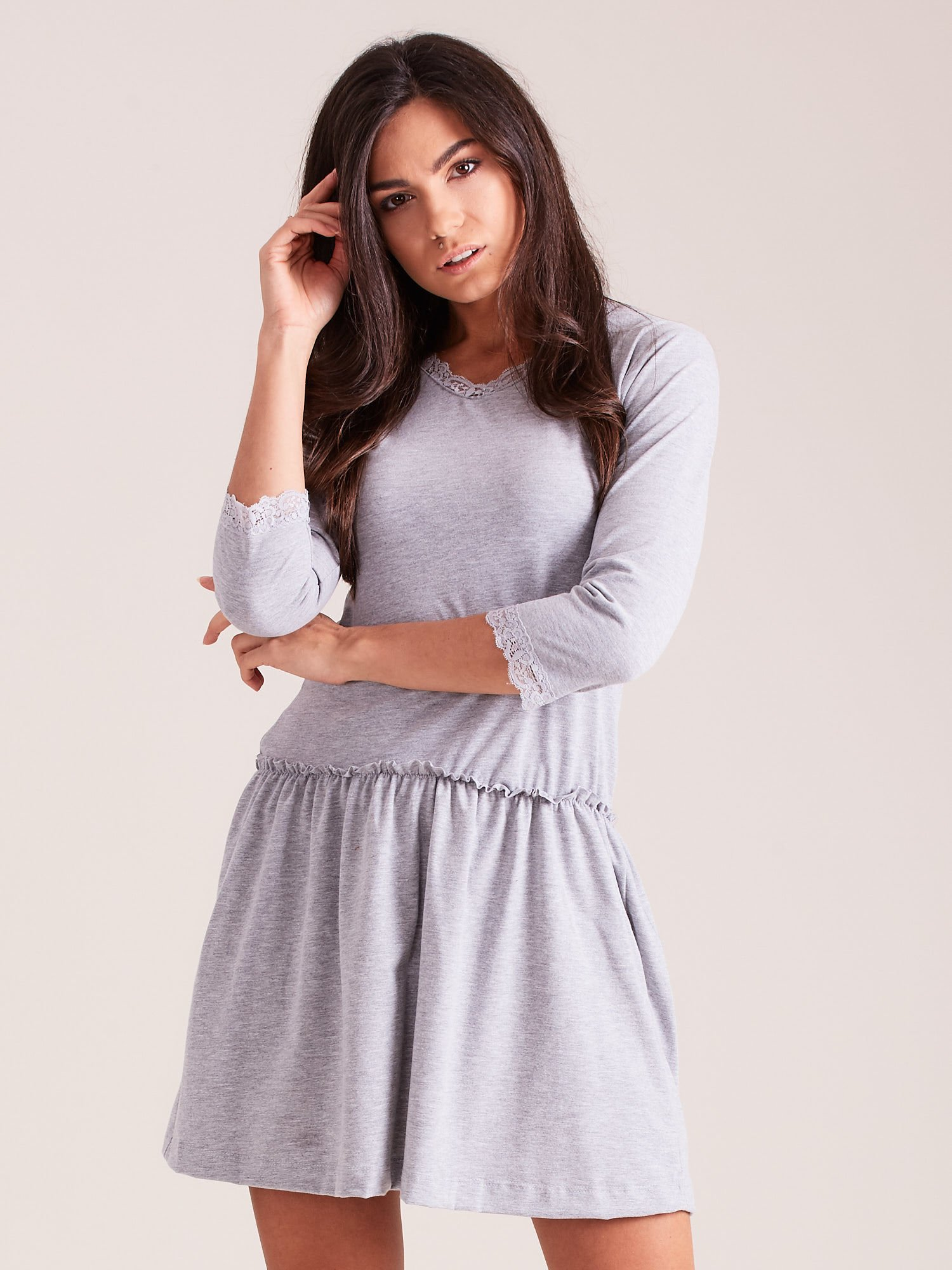 06d21422 Szara sukienka z koronką przy dekolcie - Sukienka basic - sklep ...