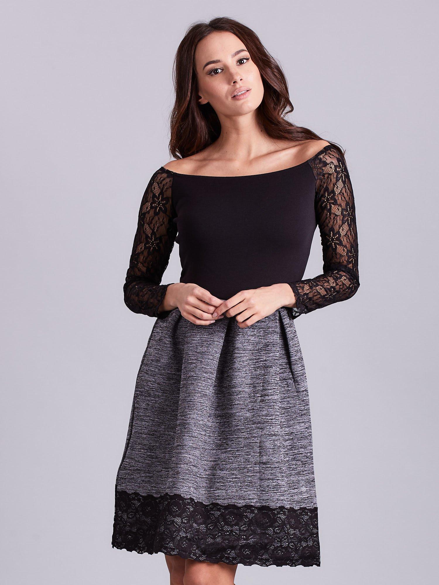 9f424403 Szara sukienka z koronkową lamówką
