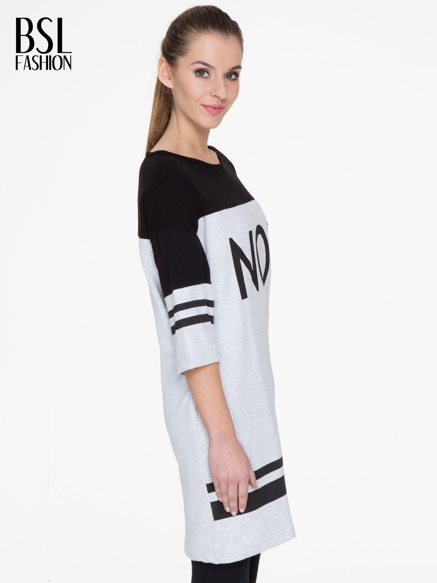 Szara sukienka z napisem NOIR w stylu sportowym                                  zdj.                                  3