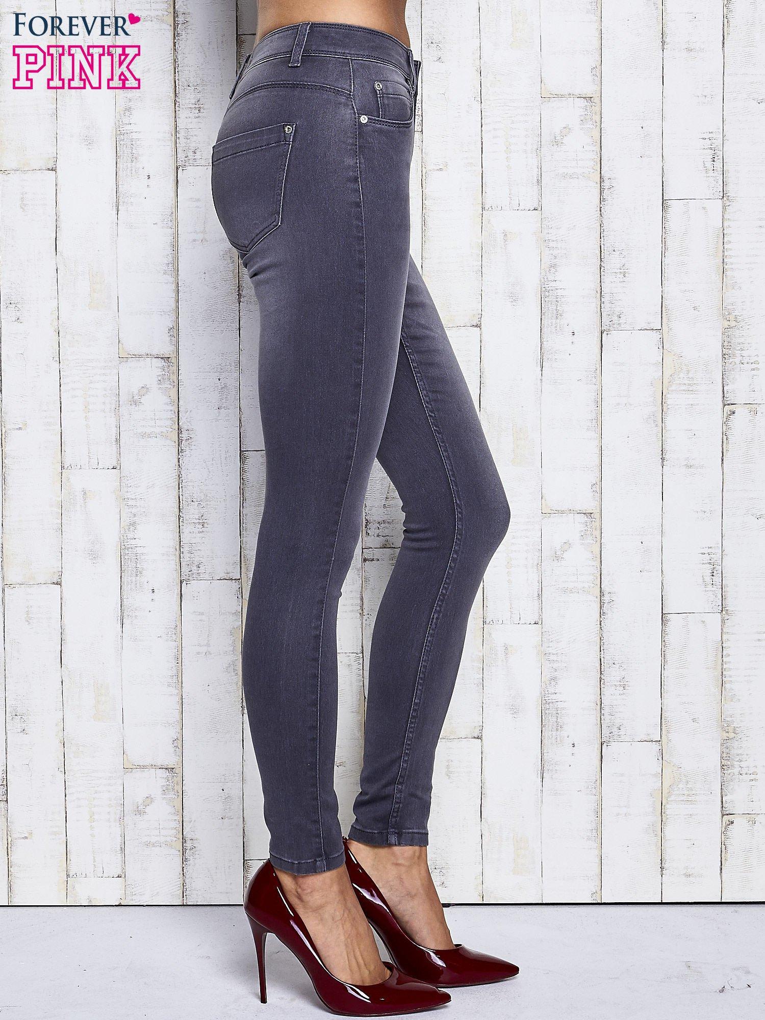 Szare dopasowane spodnie jeansowe                                   zdj.                                  3