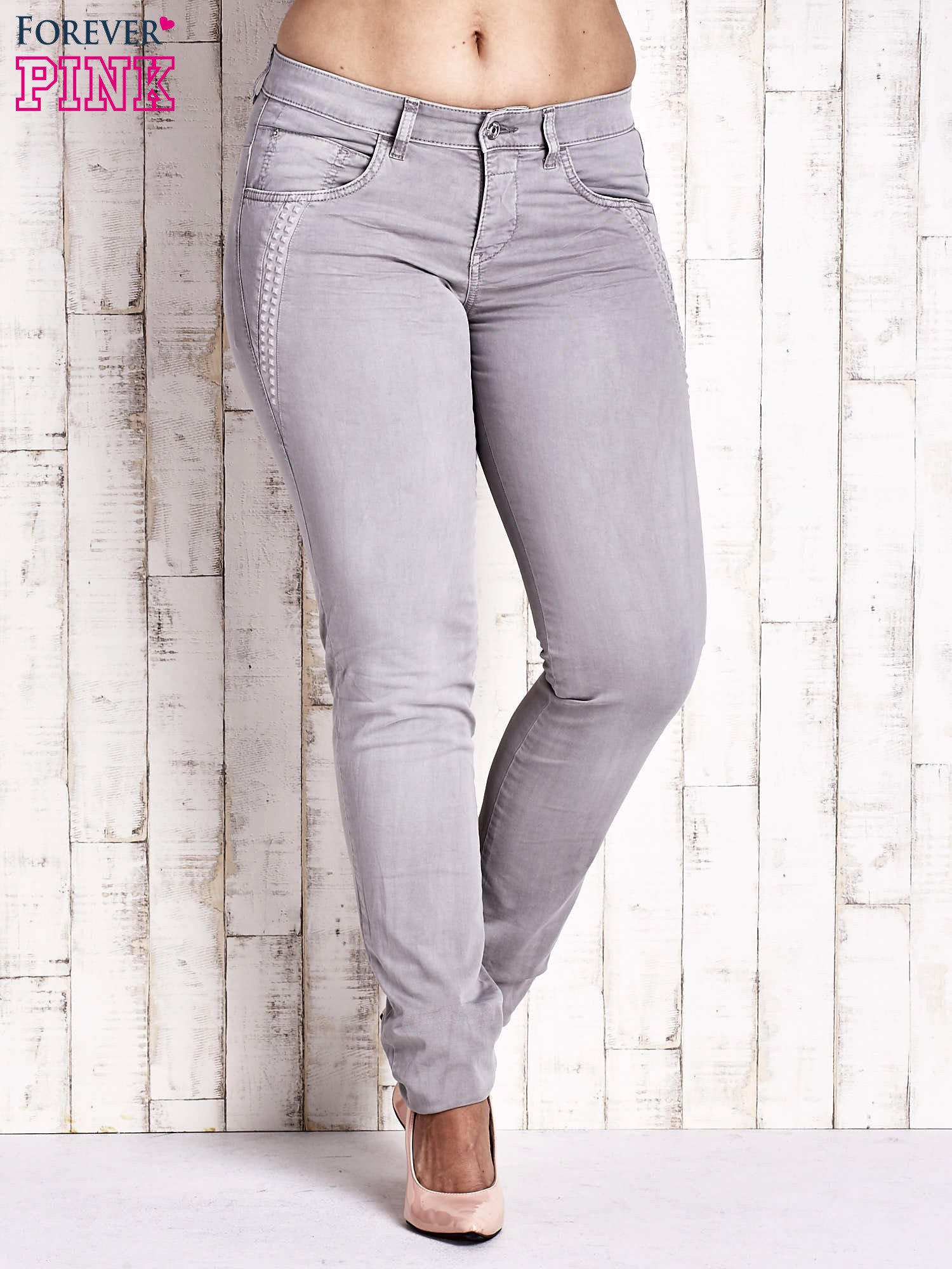 Szare dopasowane spodnie z tłoczeniami PLUS SIZE                                  zdj.                                  1