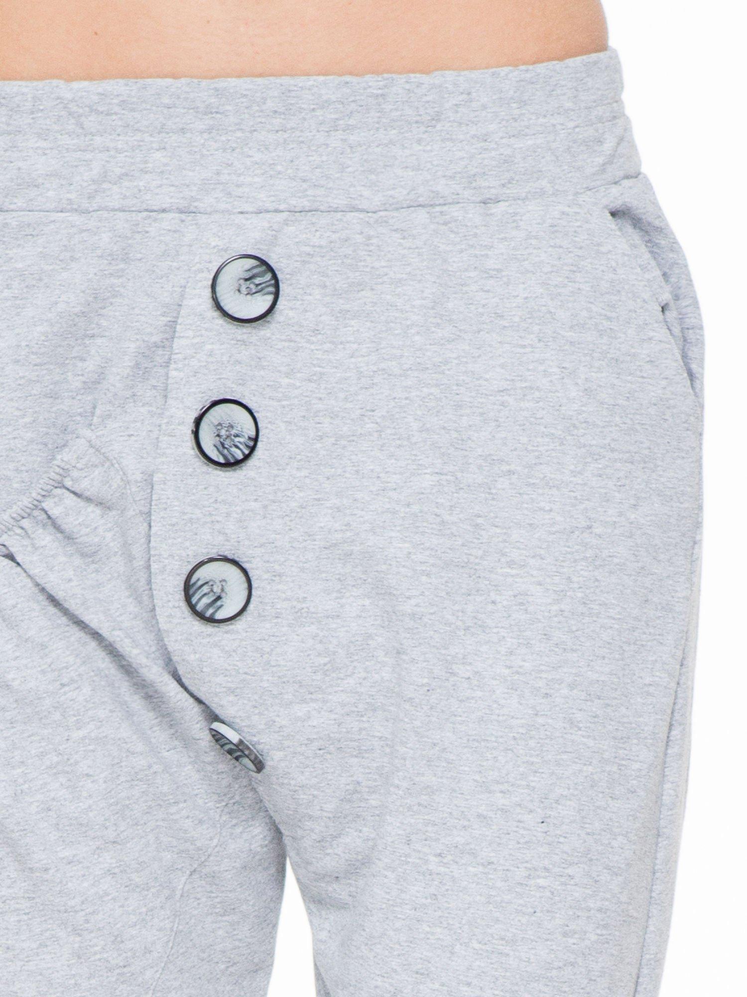 Szare dresowe spodnie baggy z guzikami i ozdobnymi kieszonkami                                  zdj.                                  5