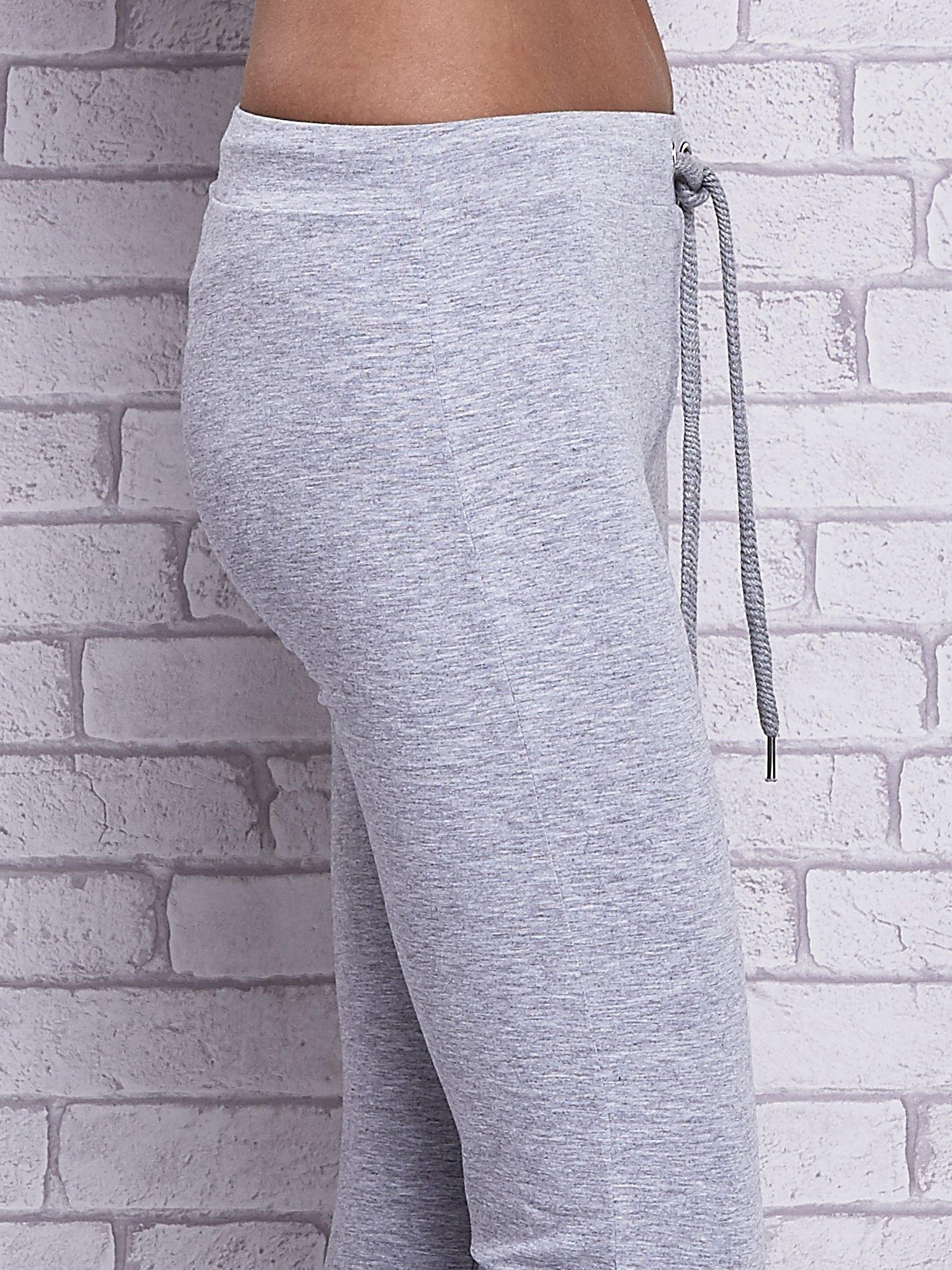 Szare melanżowe spodnie dresowe z prostą nogawką                                  zdj.                                  5