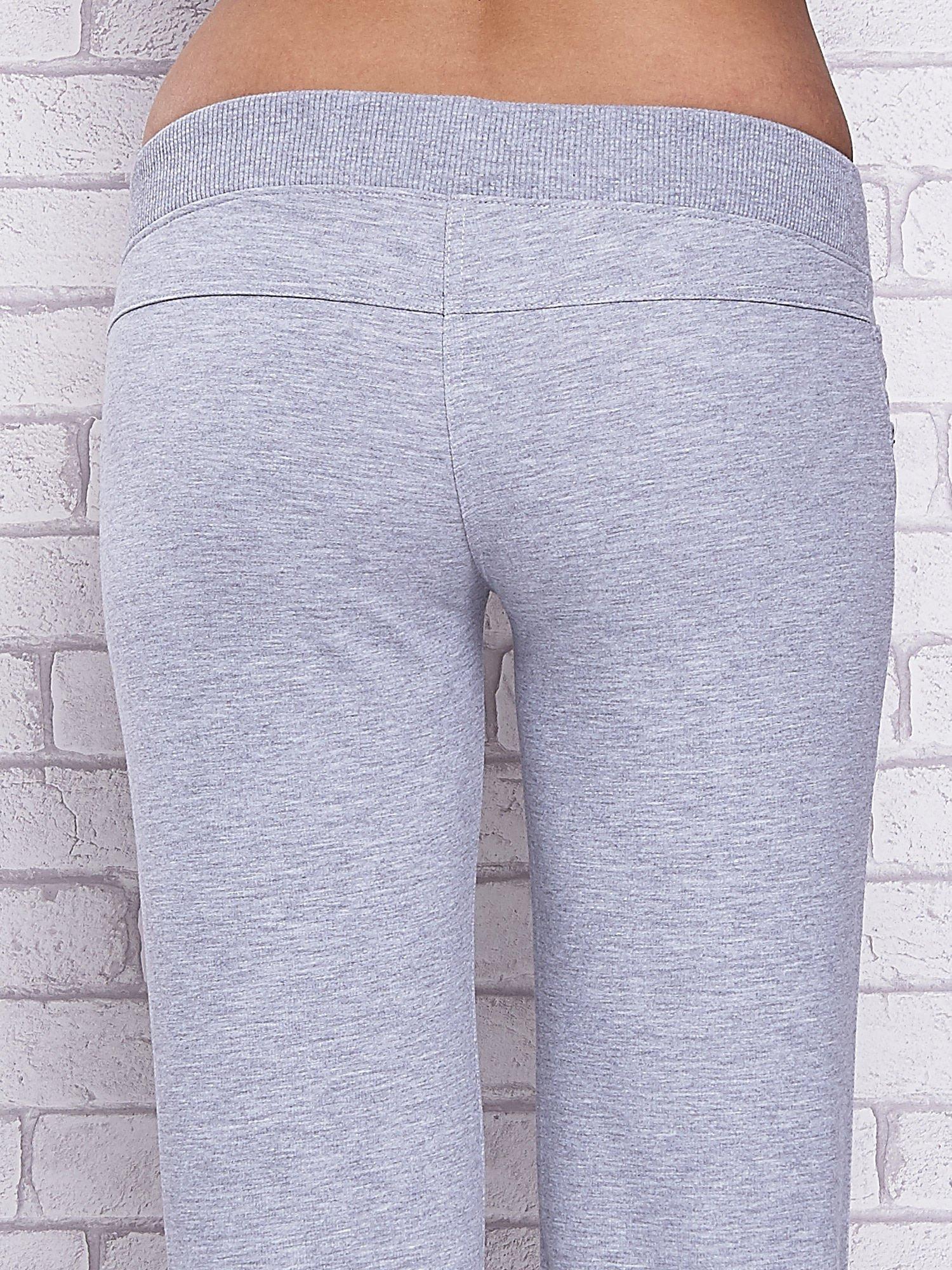Szare spodnie capri z ozdobnymi dżetami                                  zdj.                                  6