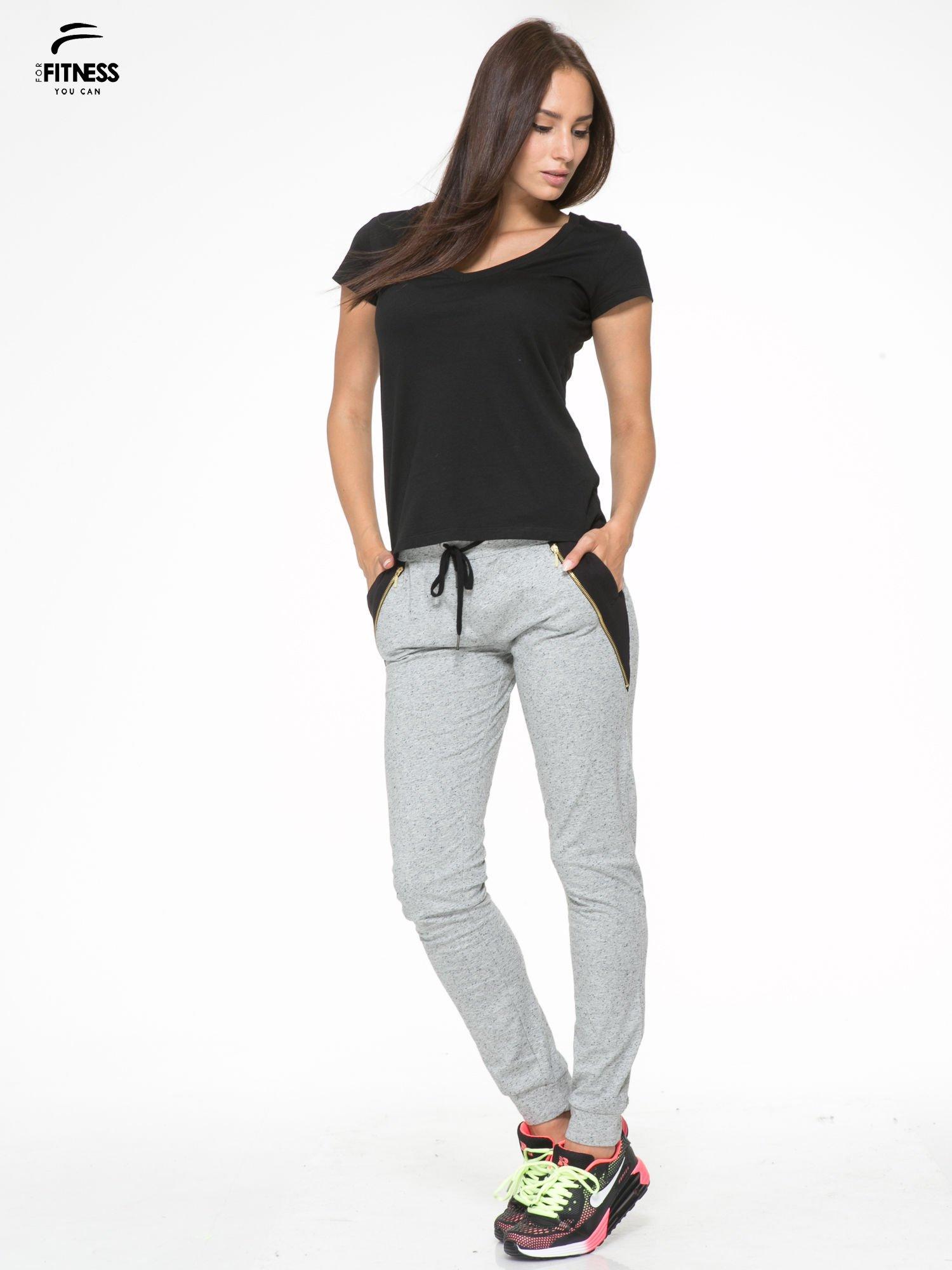 Szare spodnie dresowe damskie z suwakiem i kontrastowymi wstawkami po bokach                                  zdj.                                  2