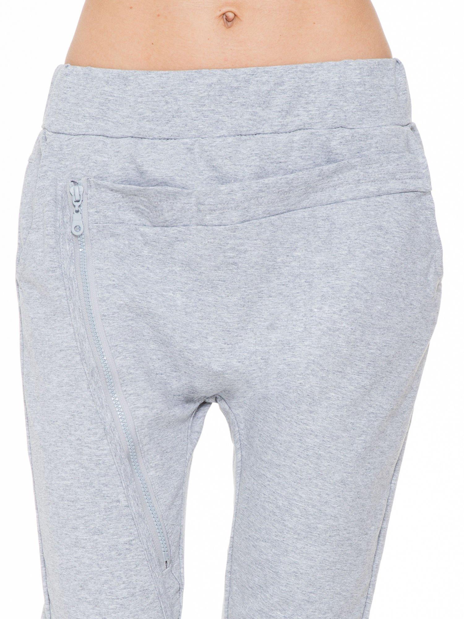 Szare spodnie dresowe typu baggy z ozdobnym zamkiem                                  zdj.                                  7