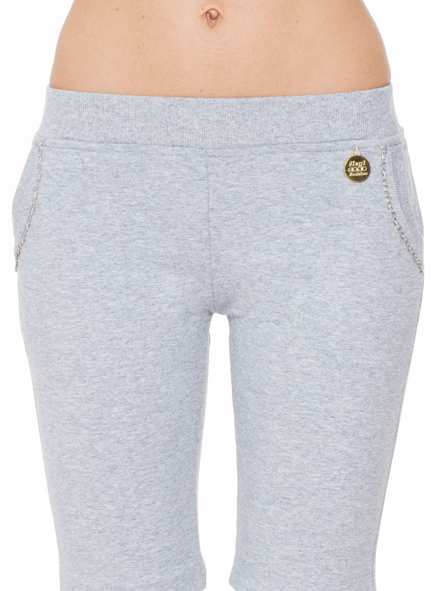 Szare spodnie dresowe z łańcuszkami przy kieszeniach                                  zdj.                                  5