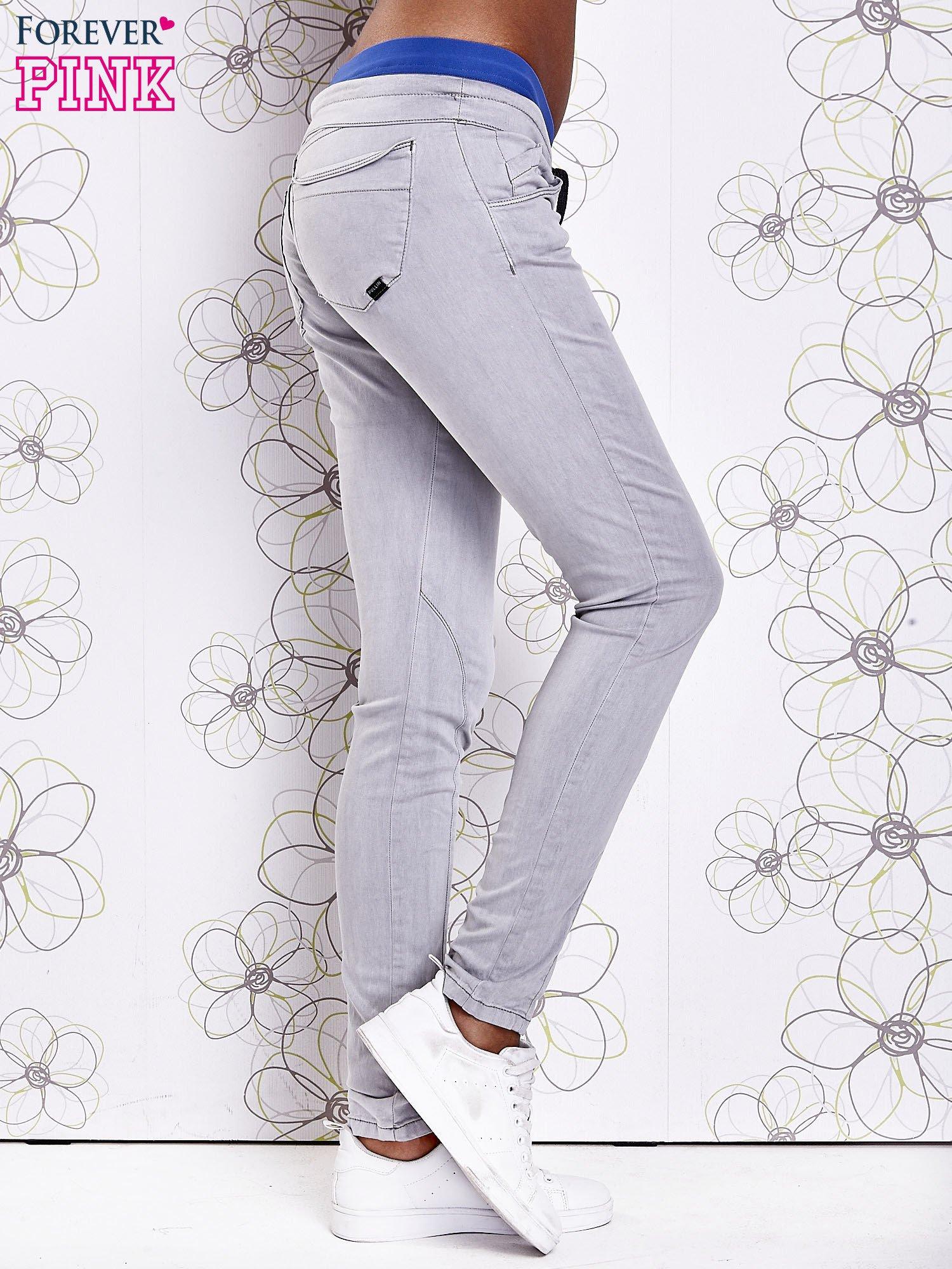 Szare spodnie z przeszyciami i niebieską gumką w pasie                                  zdj.                                  2