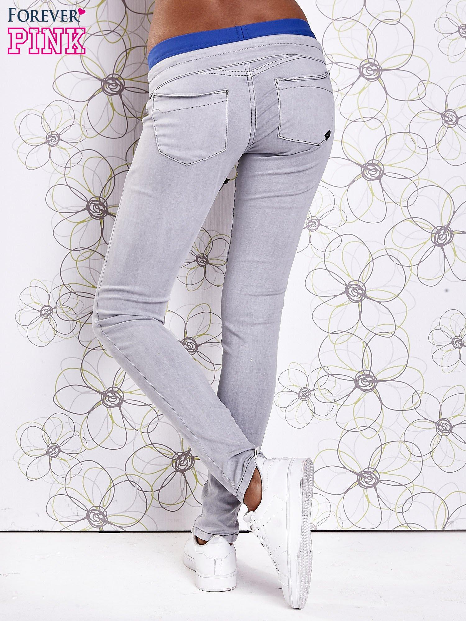 Szare spodnie z przeszyciami i niebieską gumką w pasie                                  zdj.                                  3