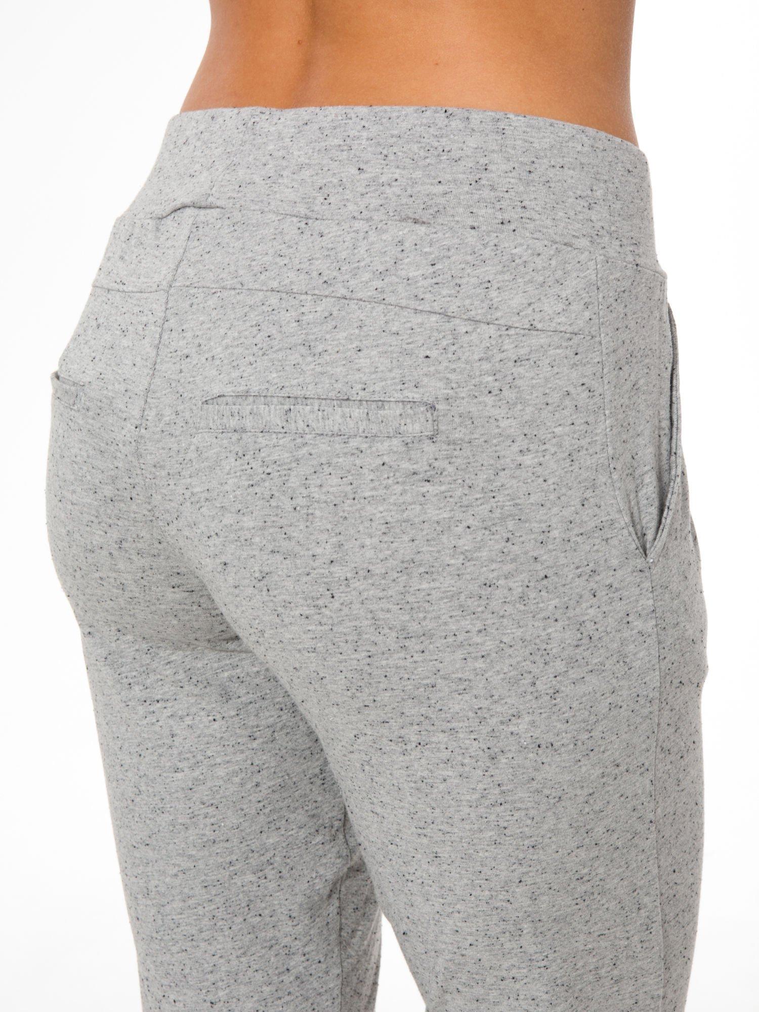 Szare wąskie spodnie dresowe wiązane w pasie na wstążkę                                  zdj.                                  6