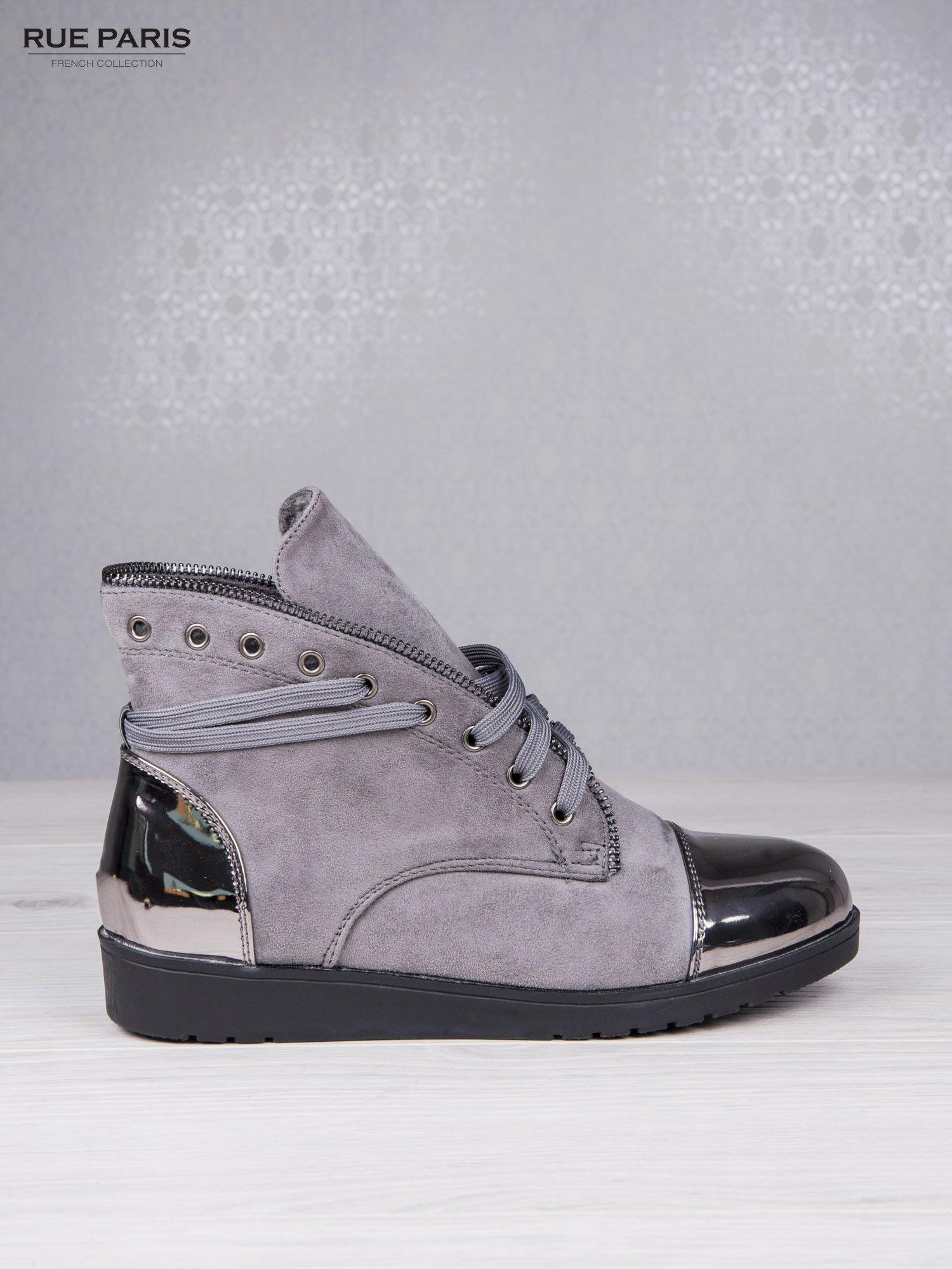 Szare zamszowe sneakersy Polly z ozdobnym suwakiem i lustrzanymi wstawkami                                  zdj.                                  1