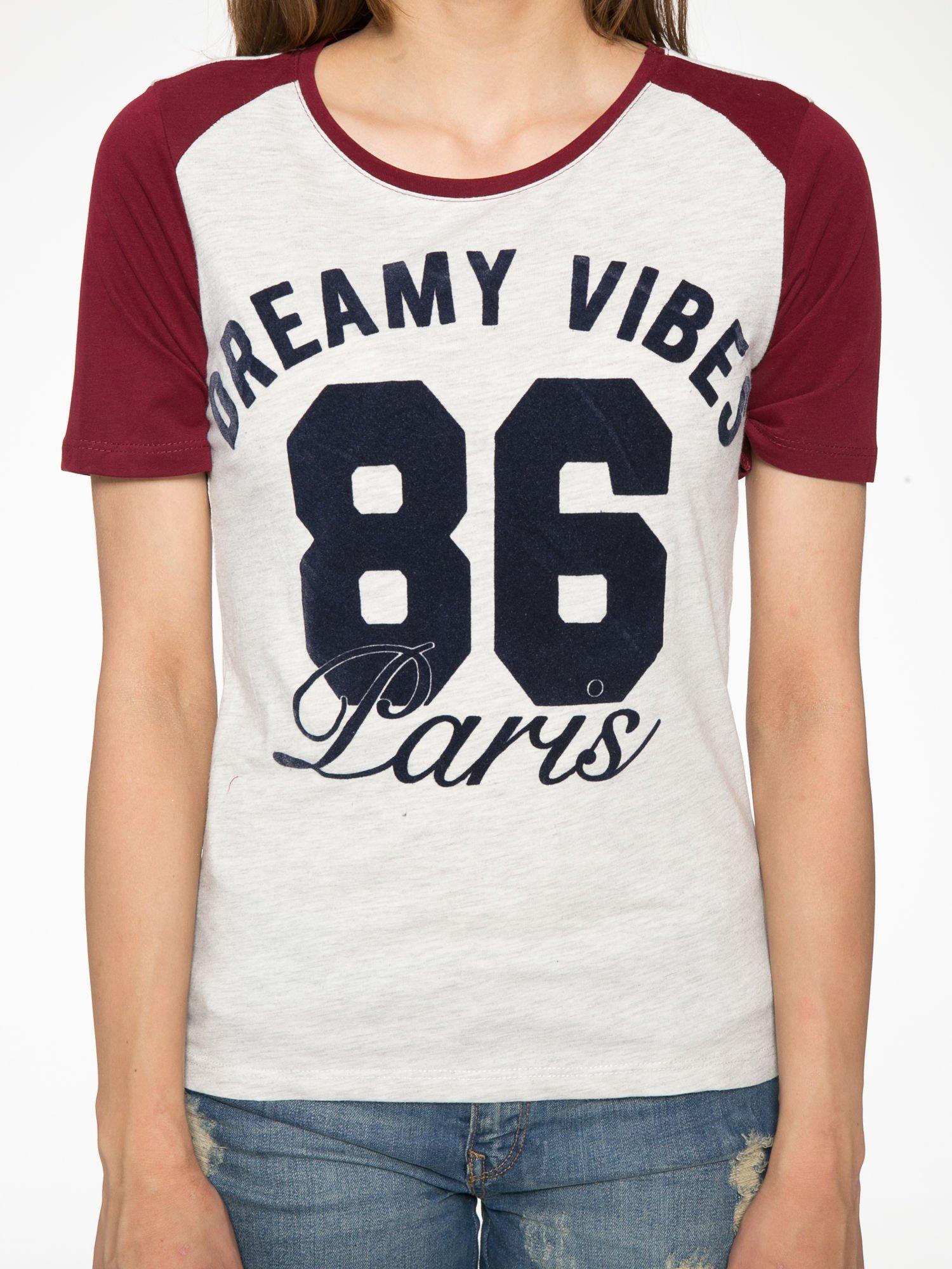 Szaro-bordowy t-shirt z napisem DREAMY VIBES 86 PARIS                                  zdj.                                  7