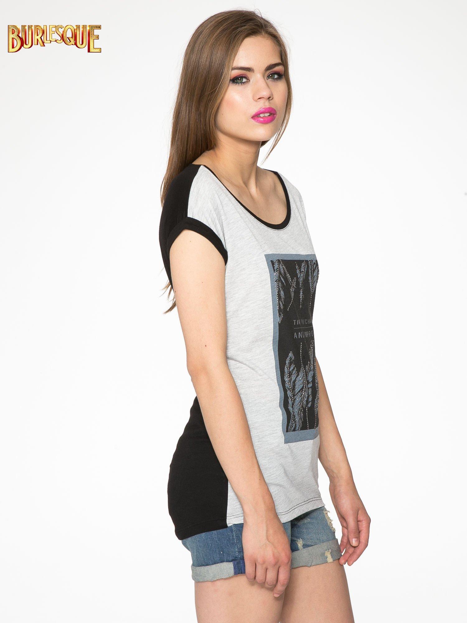Szaro-czarny t-shirt  z nadrukiem piórek                                  zdj.                                  3
