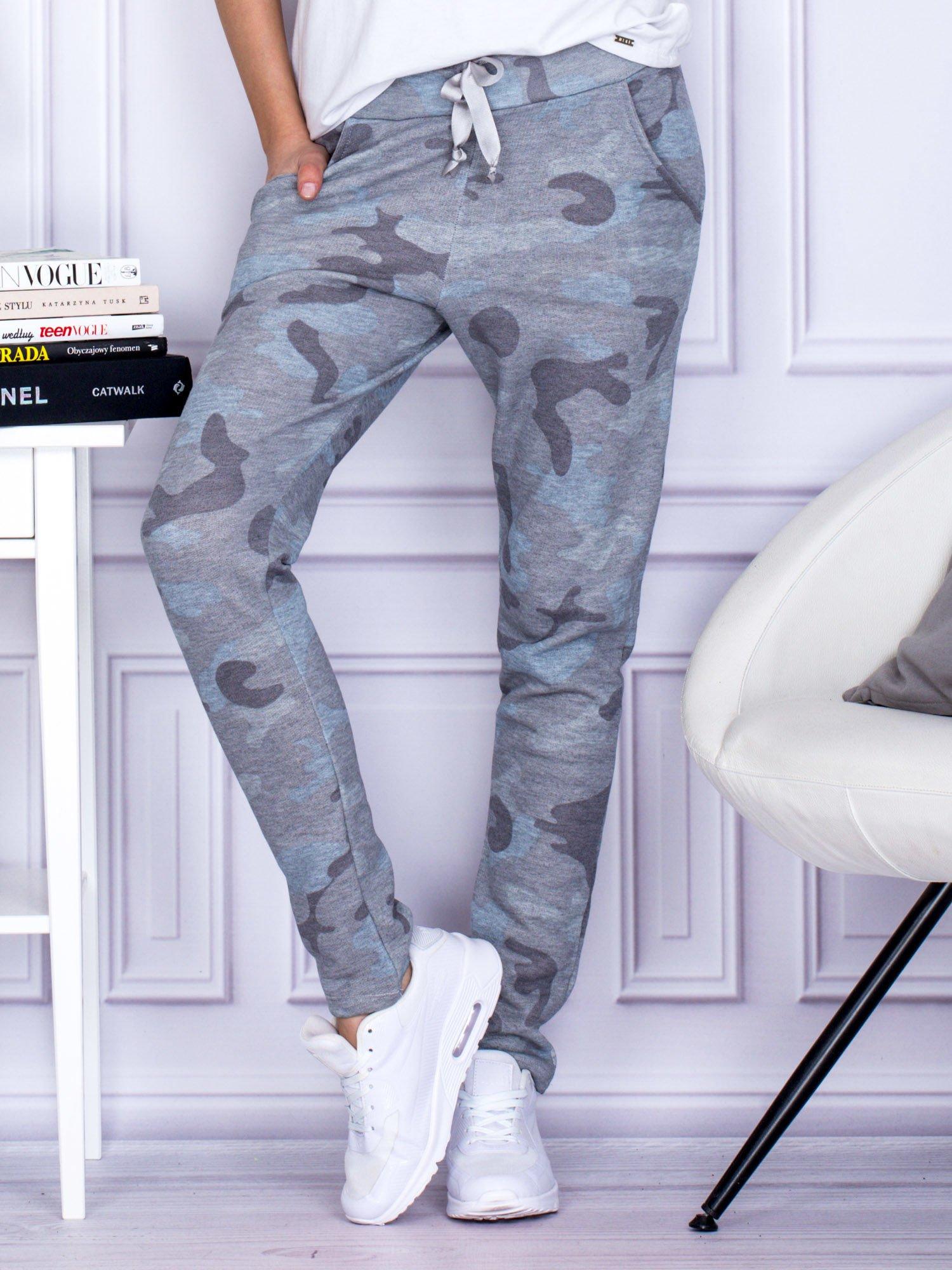 0368d91a52aedf Szaro-niebieskie spodnie dresowe we wzór moro - Spodnie Dresowe ...