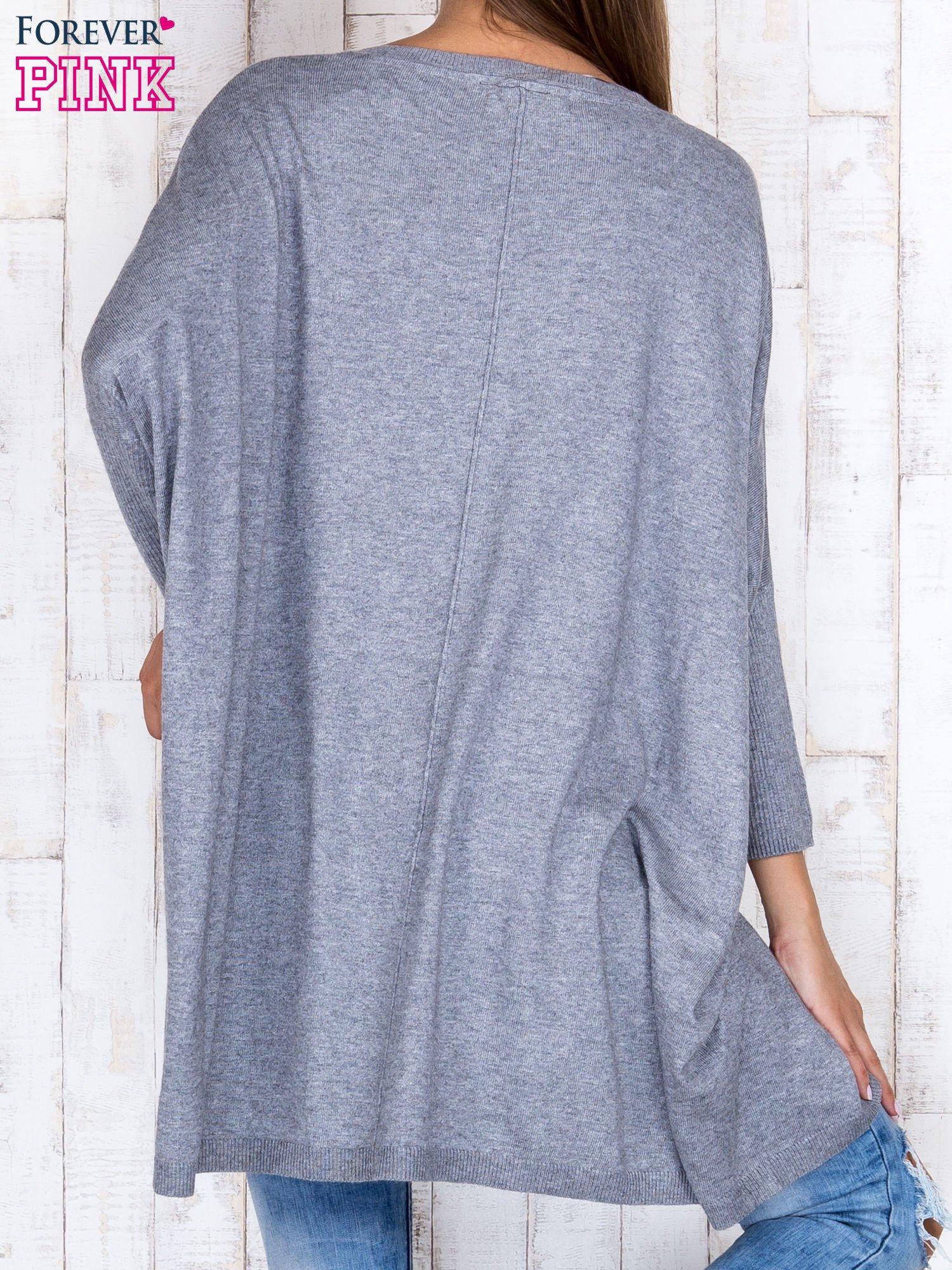 Szary długi sweter oversize z nietoperzowymi rękawami                                  zdj.                                  4