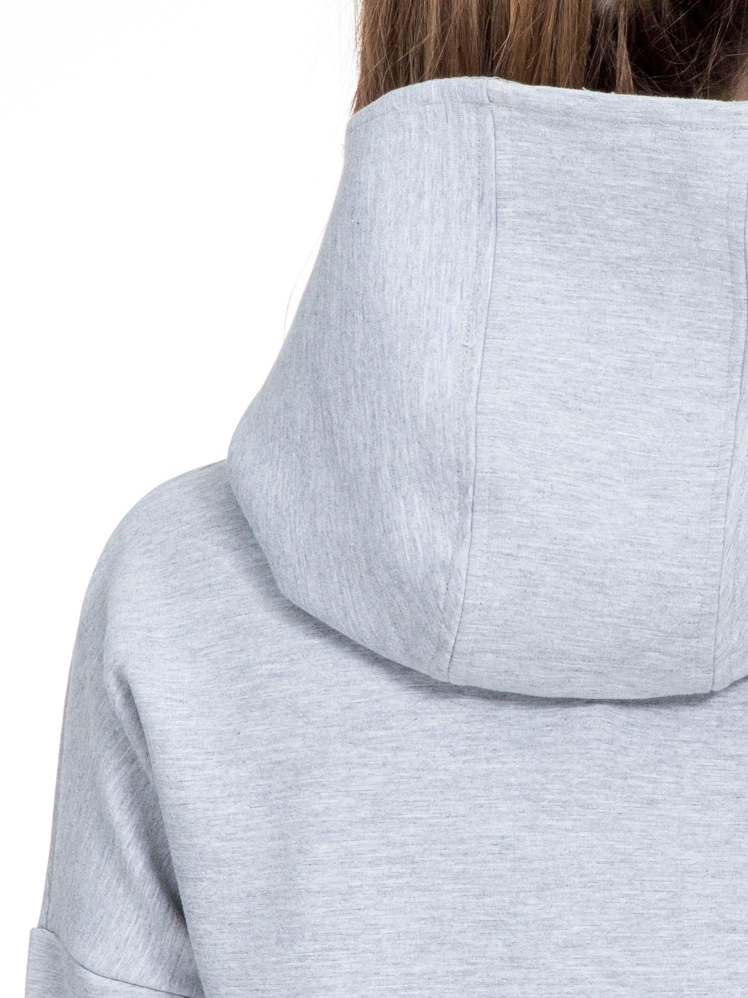 Szary dresowy płaszcz oversize z bordową podszewką                                  zdj.                                  7