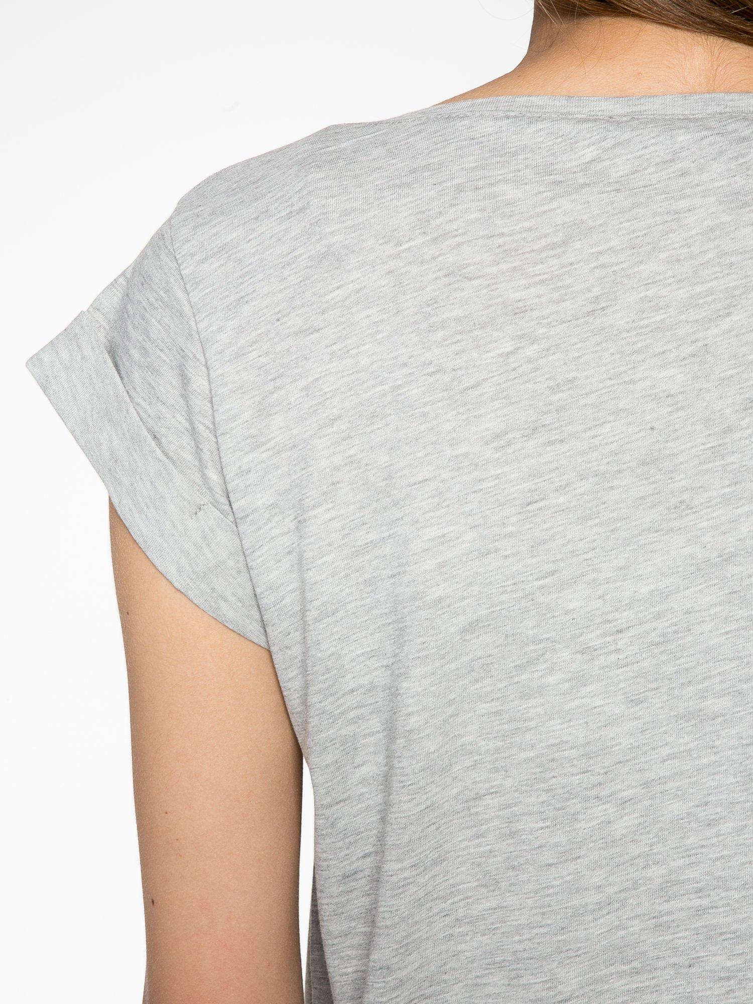 Szary krótki t-shirt z kwiatkami z cekinów                                  zdj.                                  9