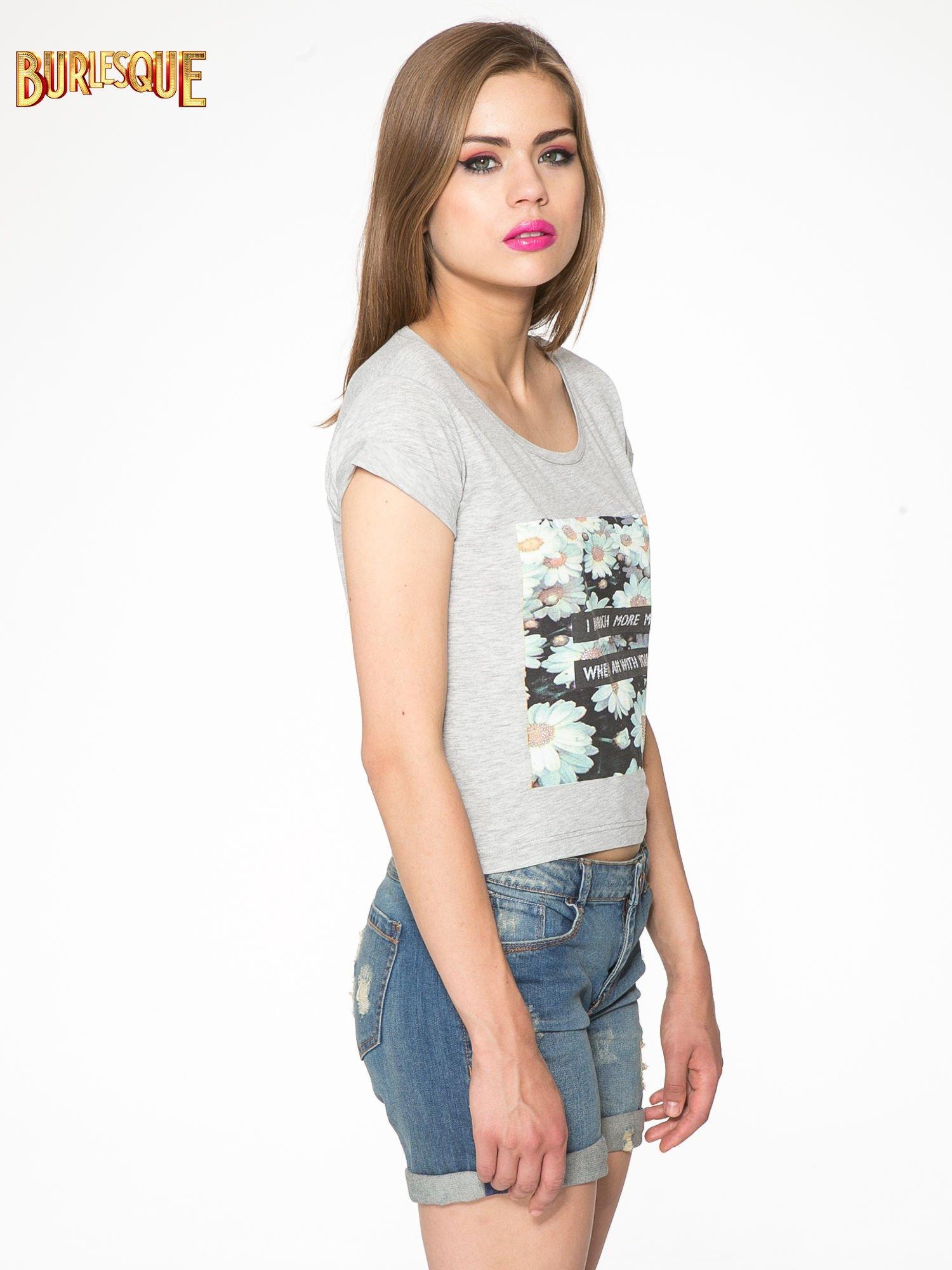 Szary krótki t-shirt z nadrukiem stokrotek i napisem                                  zdj.                                  3