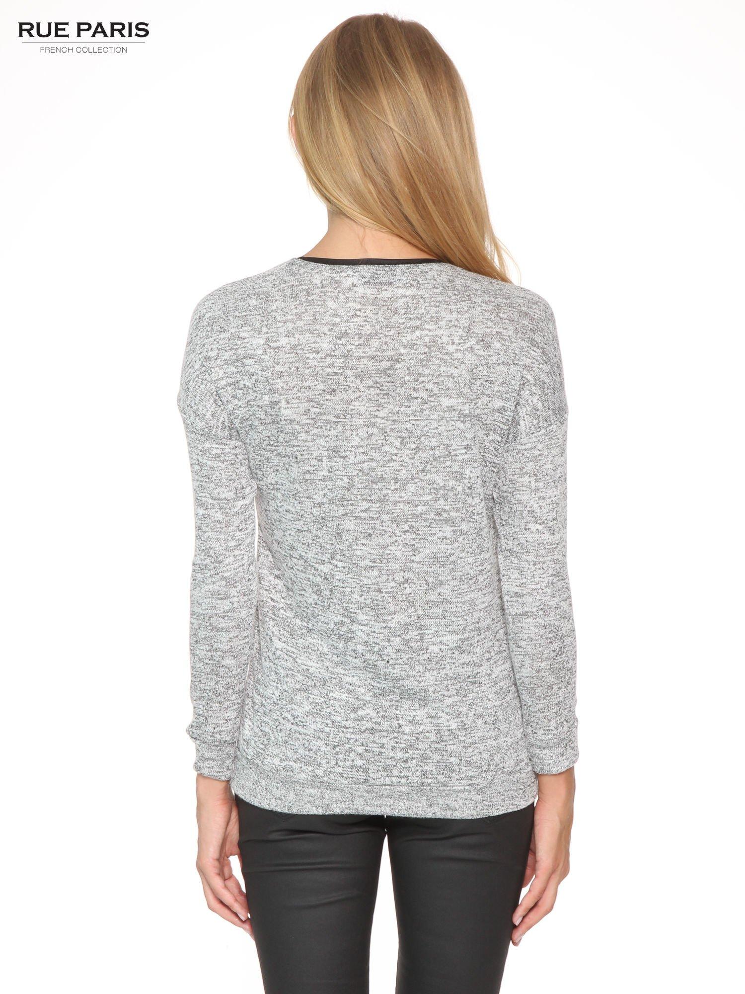 Szary melanżowy sweter z kontrastowymi wstawkami przy dekolcie                                  zdj.                                  4