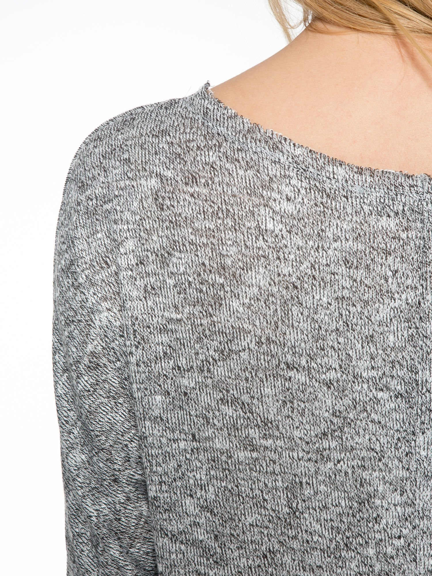 Szary melanżowy sweterek o luźnym kroju z kieszonką                                  zdj.                                  7