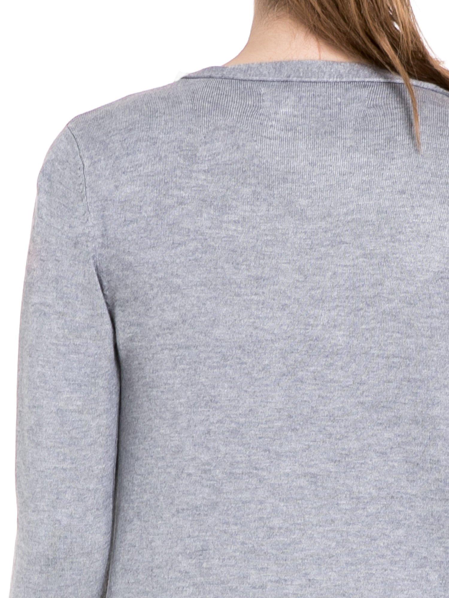Szary sweter narzutka o kroju waterfall                                  zdj.                                  7