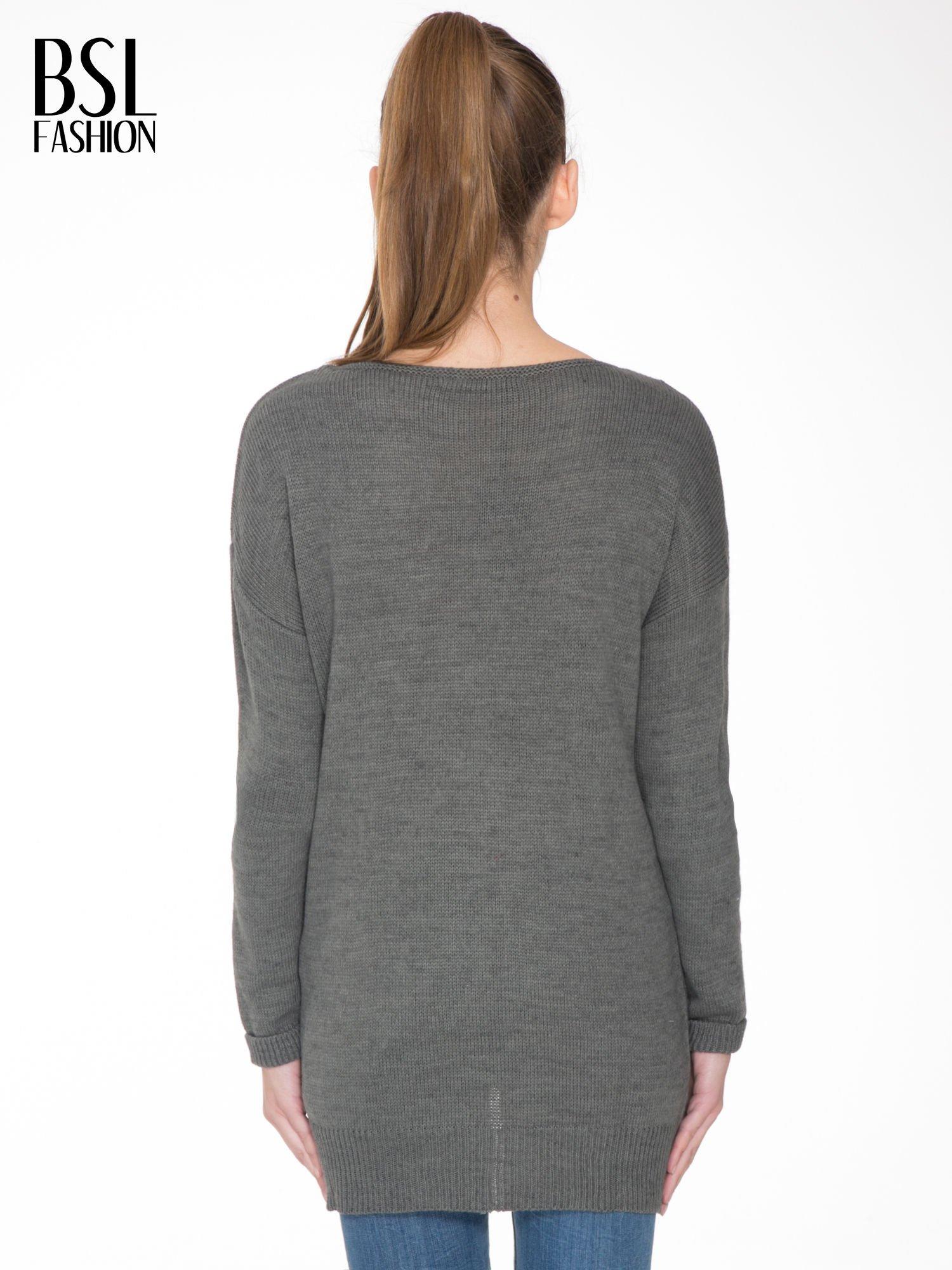 Szary sweter z nadrukiem WANTED i dżetami                                  zdj.                                  4