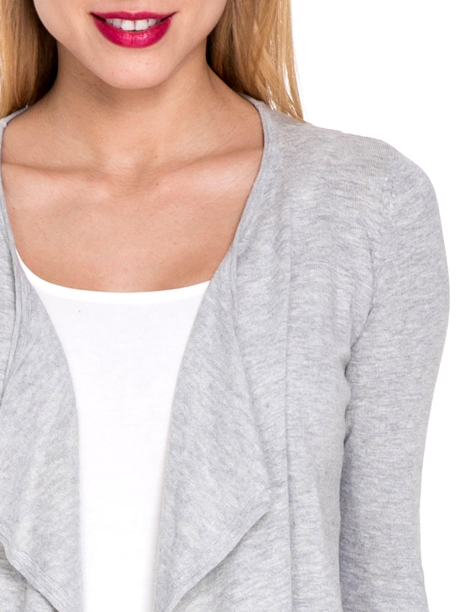 Szary sweterek kardigan o kaskadowym fasonie                                  zdj.                                  5