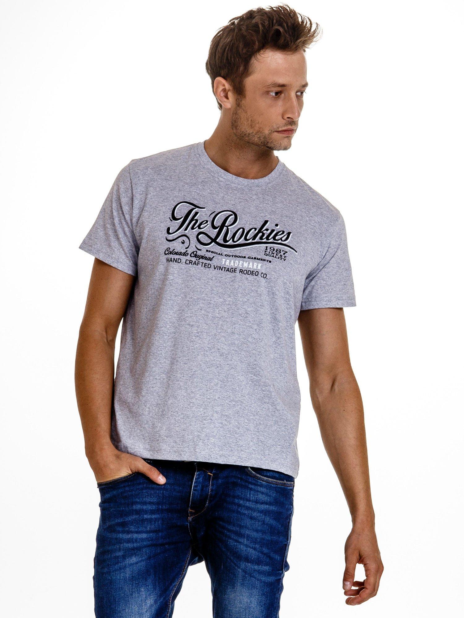 Szary t-shirt męski z nadrukiem napisu THE ROCKIES                                  zdj.                                  2