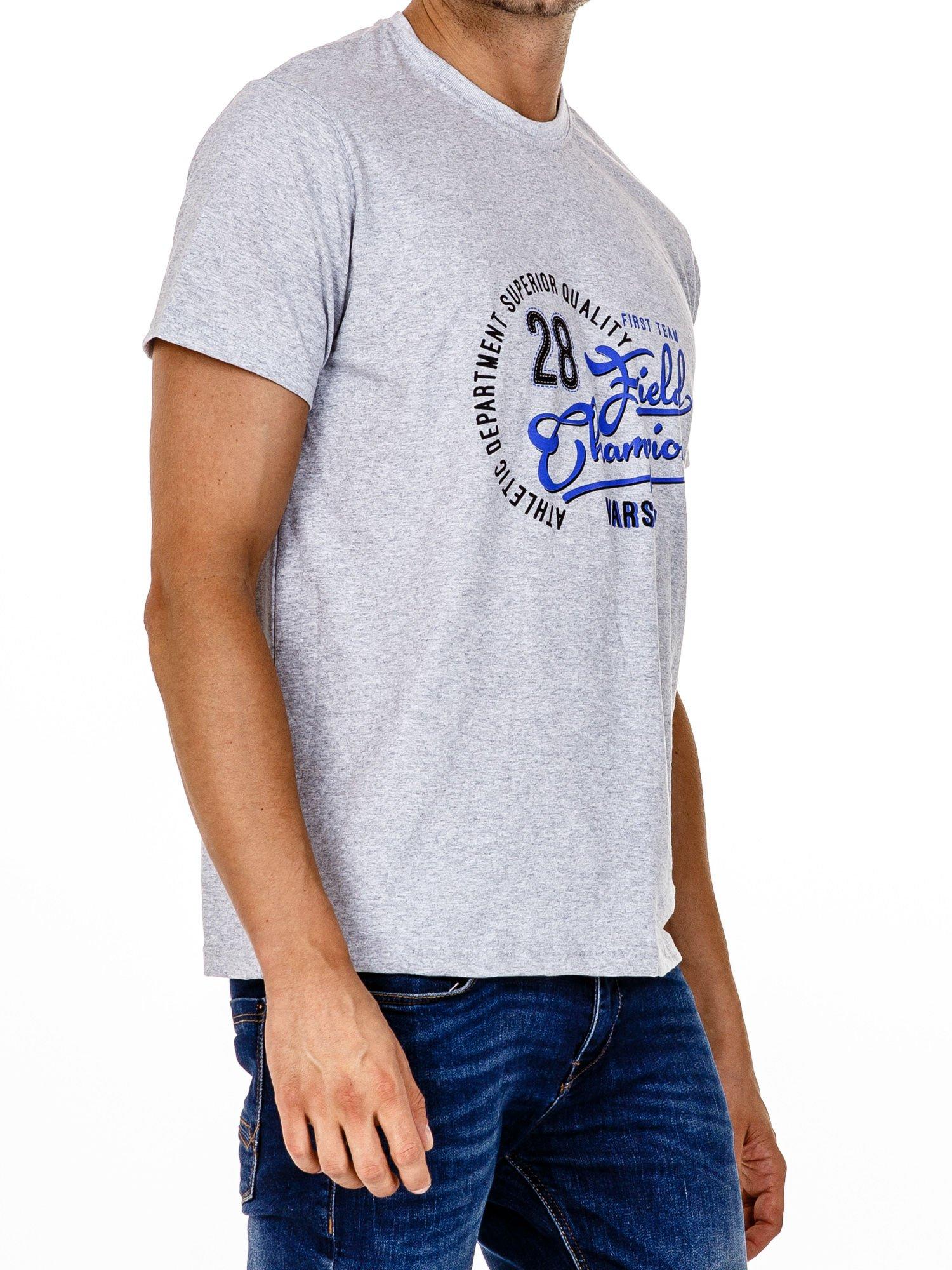 Szary t-shirt męski z napisem CHAMPION i liczbą 28                                  zdj.                                  3