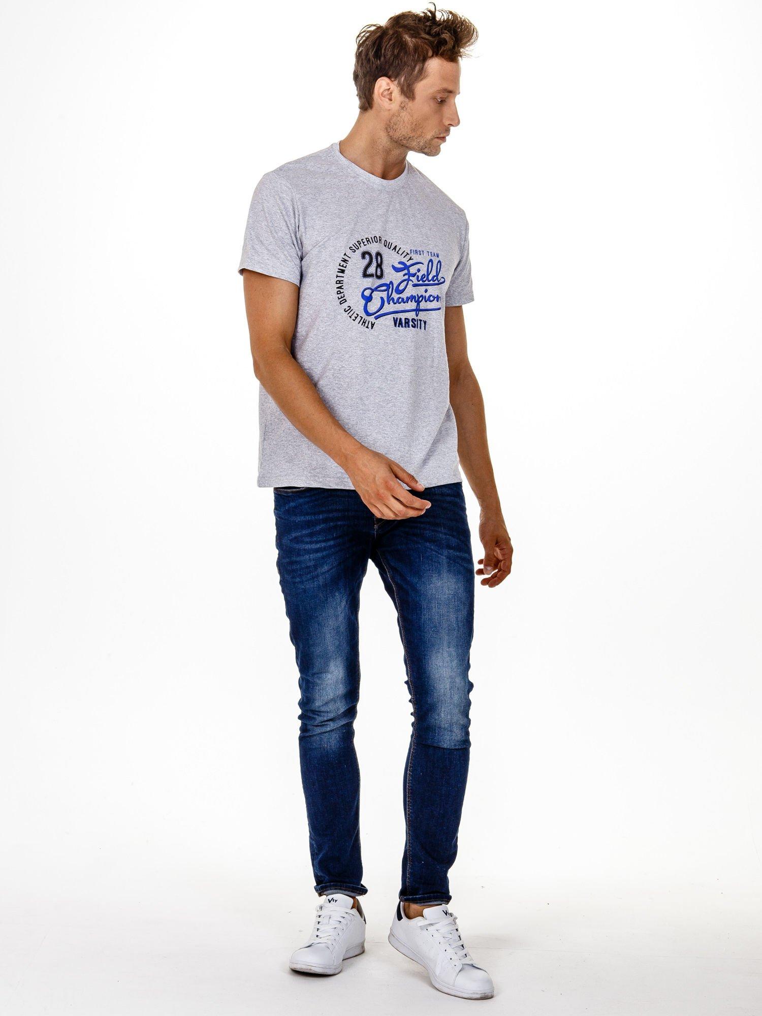 Szary t-shirt męski z napisem CHAMPION i liczbą 28                                  zdj.                                  4