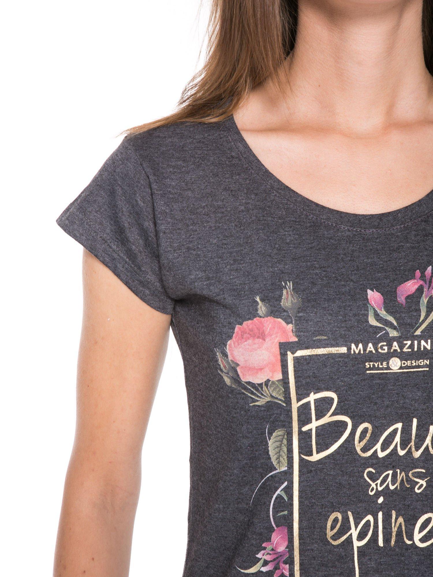 Szary t-shirt z kwiatowym nadrukiem i złotym napisem                                  zdj.                                  7