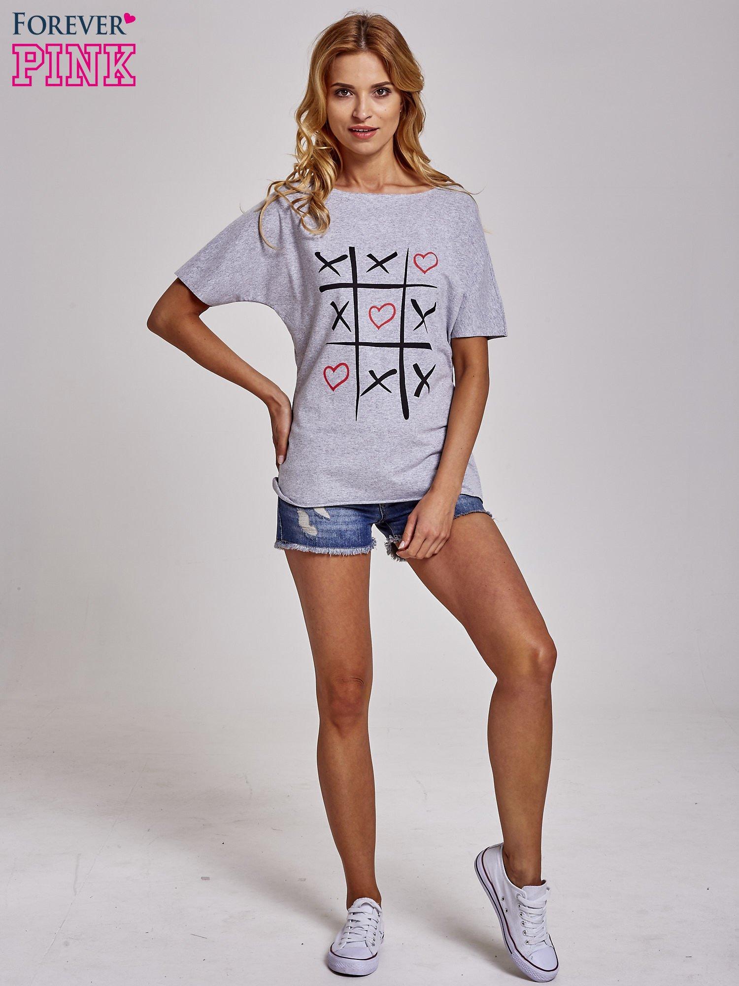 Szary t-shirt z motywem serce i krzyżyk                                  zdj.                                  2