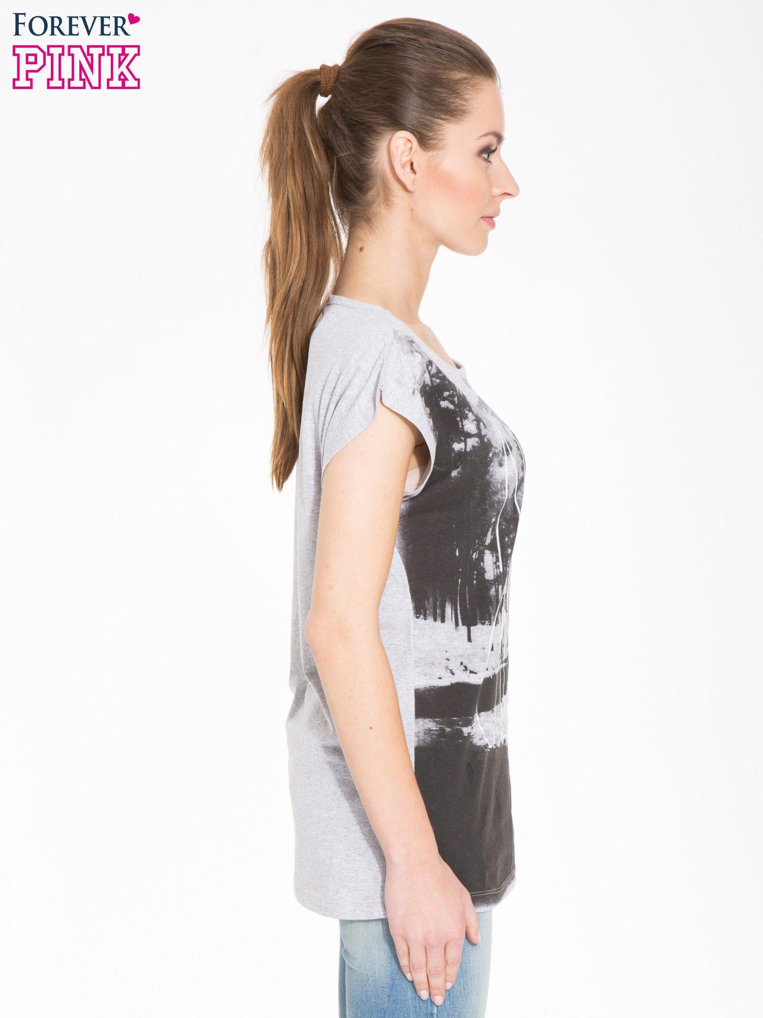 Szary t-shirt z nadrukiem NATURE                                  zdj.                                  2