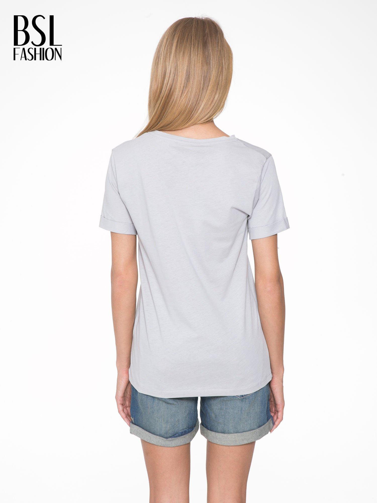 Szary t-shirt z napisem CÉLINE ME ALONE                                  zdj.                                  4
