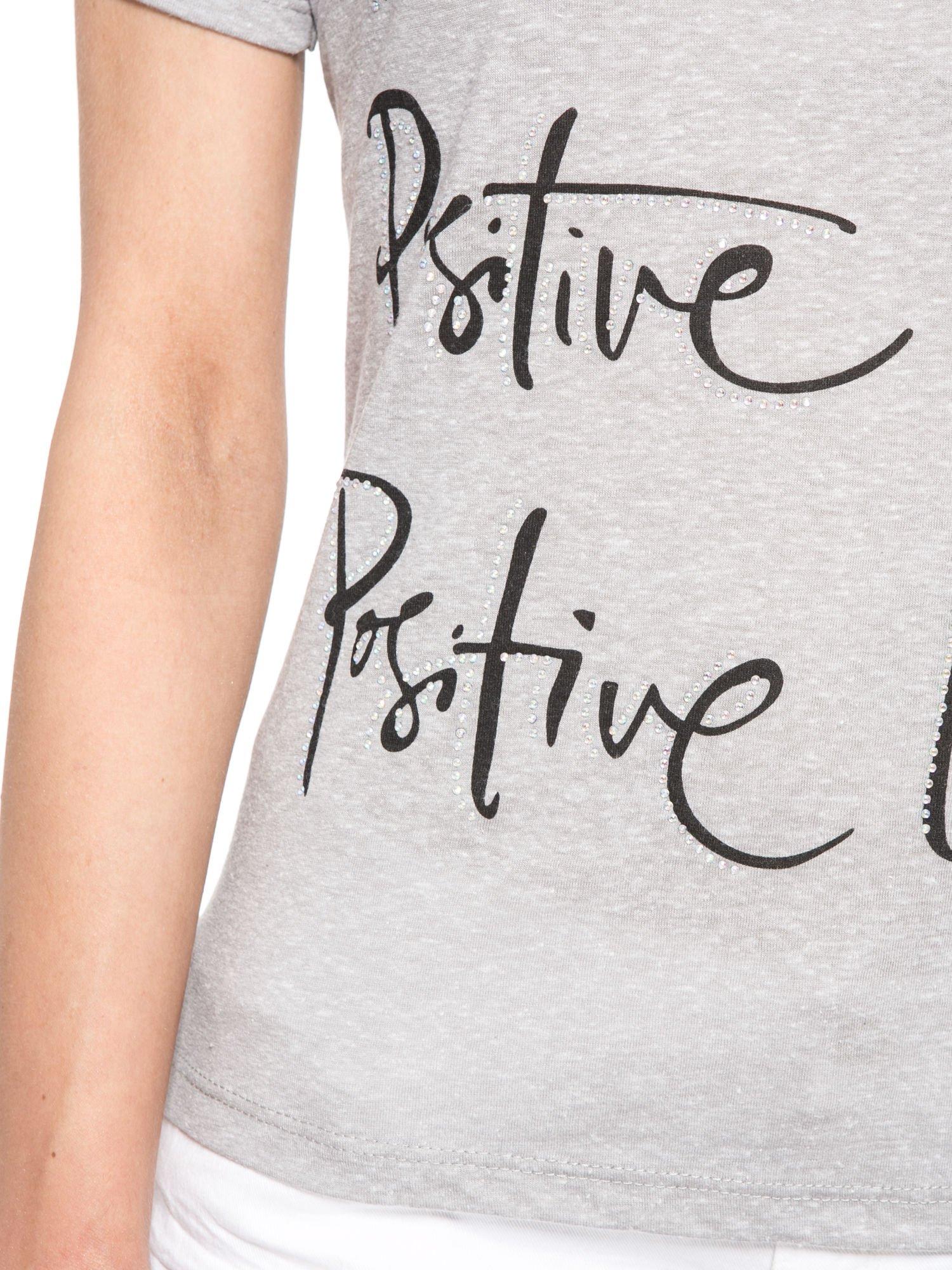 Szary t-shirt z napisem POSITIVE MIND z dżetami                                  zdj.                                  6