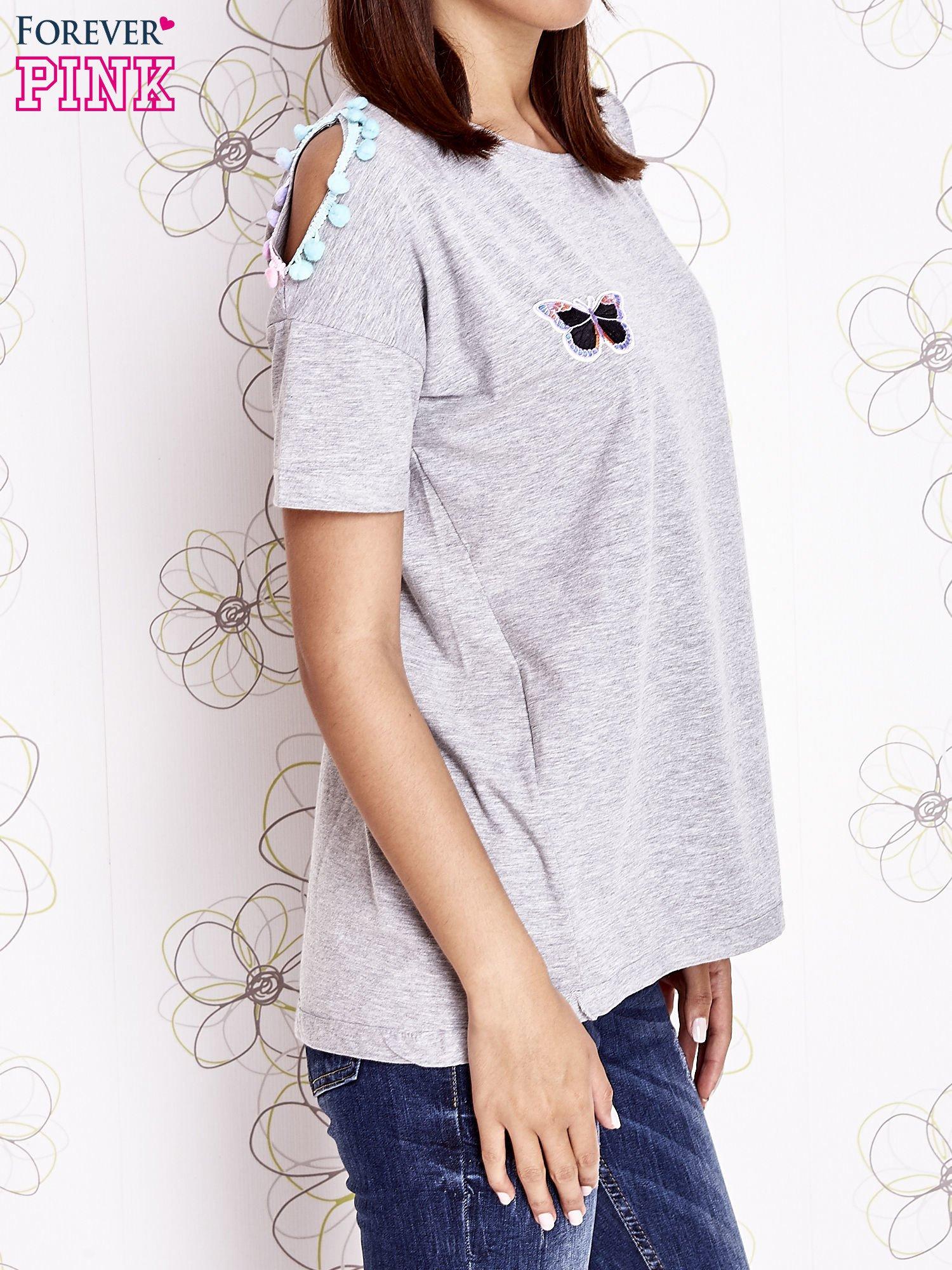 Szary t-shirt z naszywką motyla i pomponami                                  zdj.                                  3