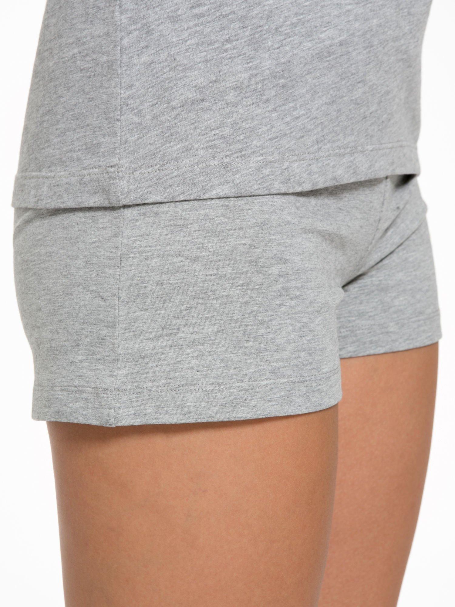 Szary t-shirt z numerem i sportową lamówką w stylu college                                  zdj.                                  9