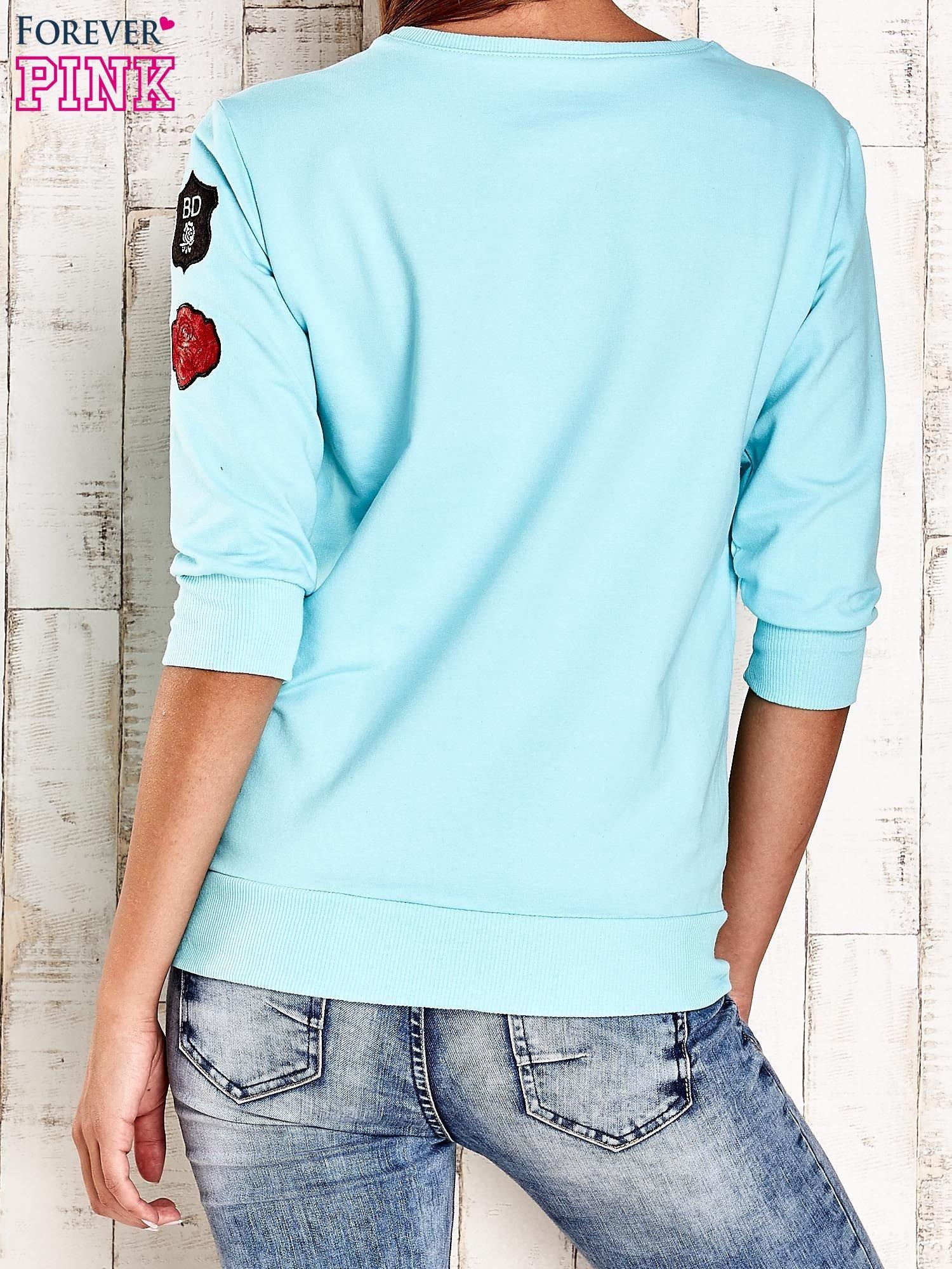 Turkusowa bluza z naszywkami na rękawie                                  zdj.                                  4