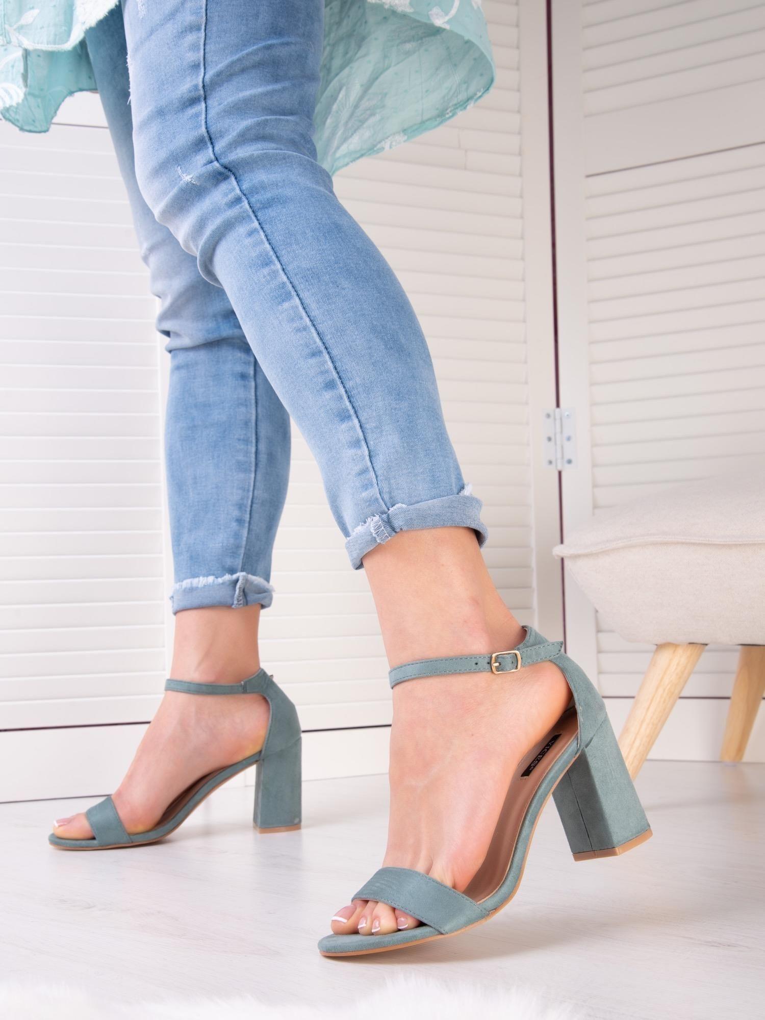 turkusowe sandały na średnim obcasie