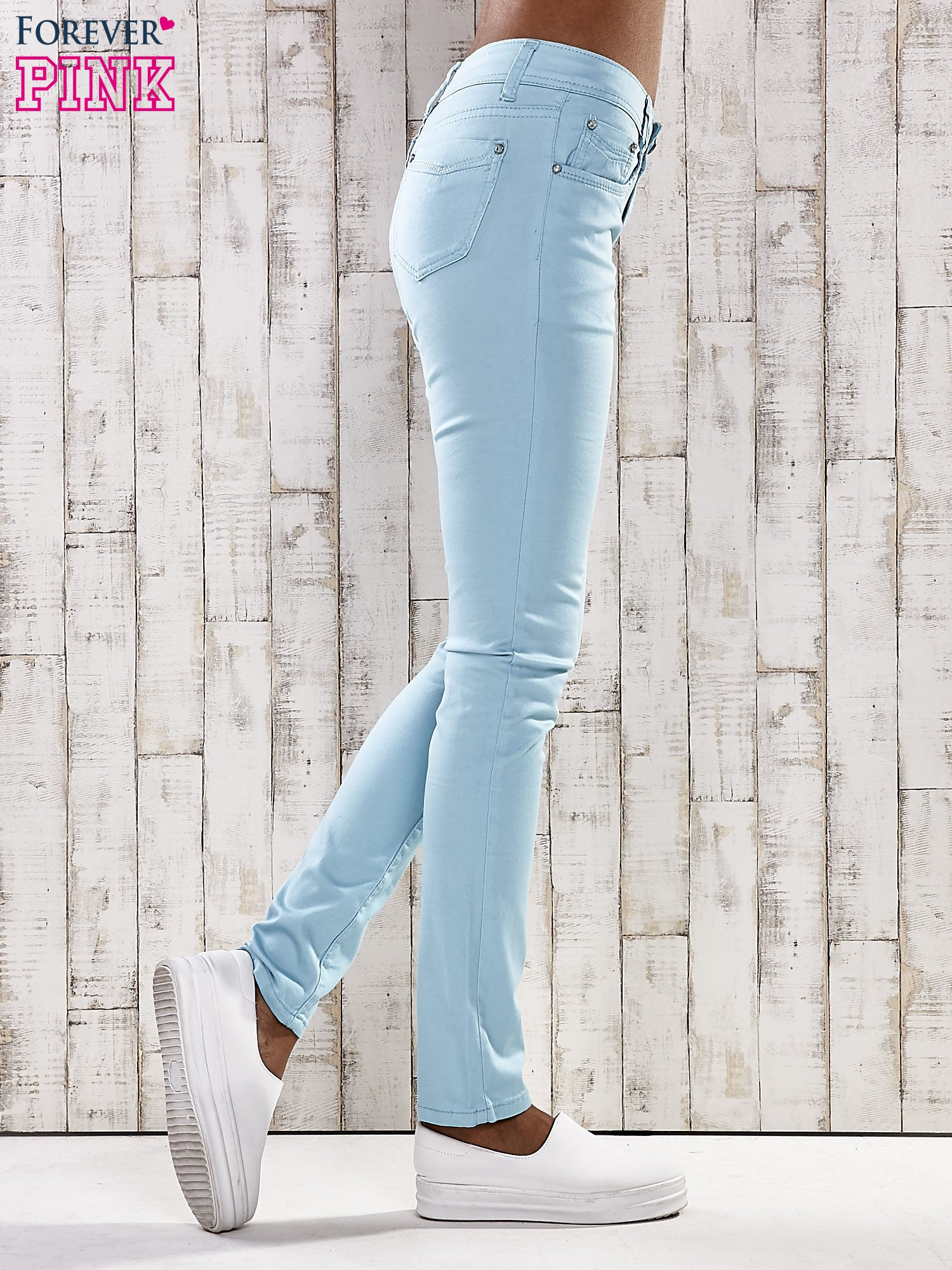 Turkusowe spodnie skinny jeans z dżetami                                  zdj.                                  3