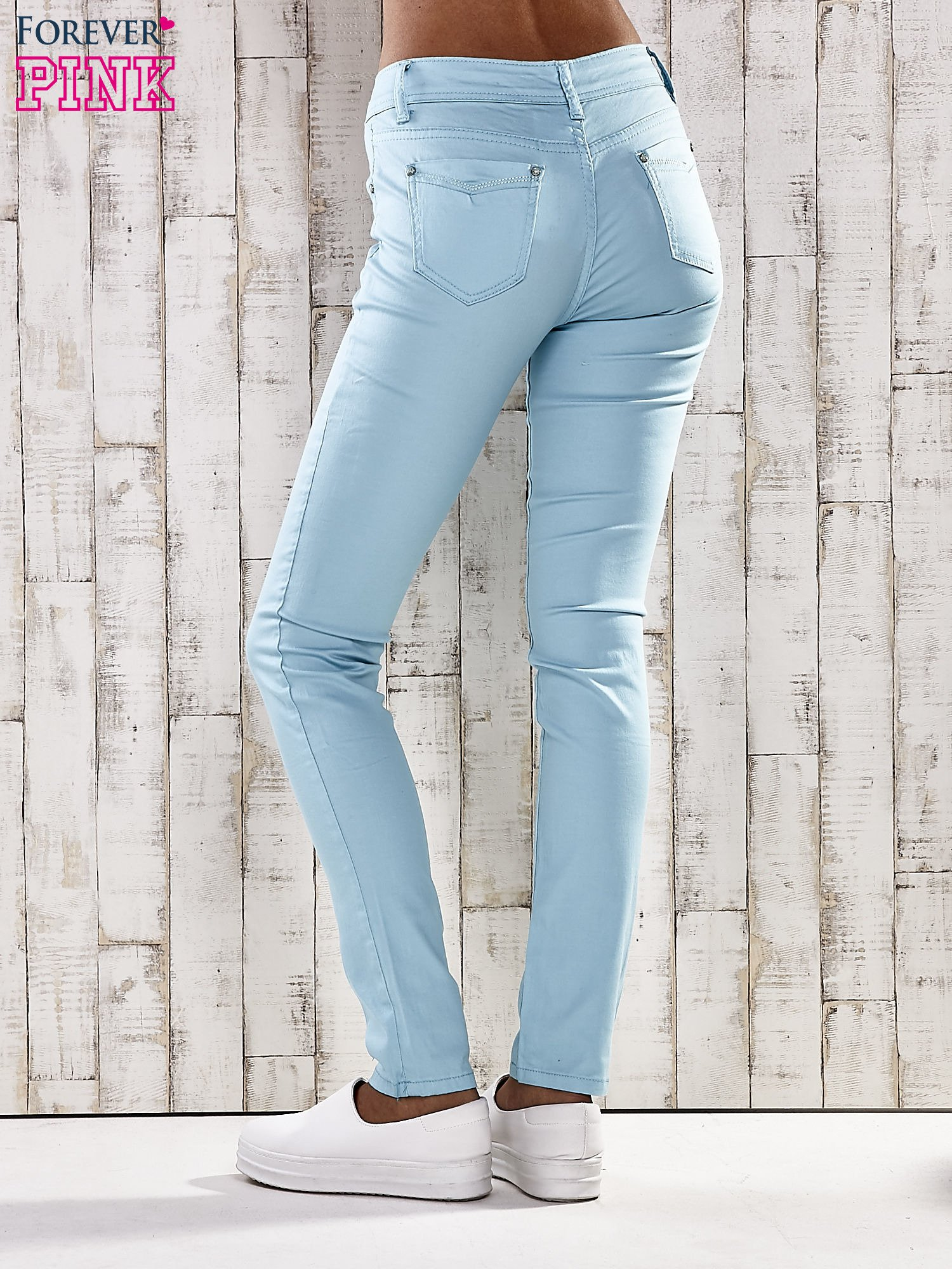 Turkusowe spodnie skinny jeans z dżetami                                  zdj.                                  2