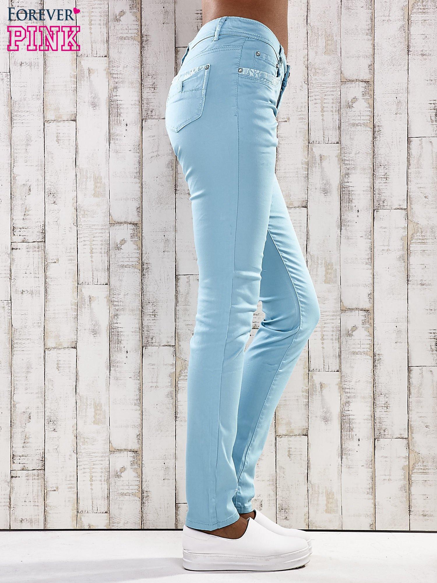 Turkusowe spodnie skinny jeans z koronką                                  zdj.                                  2