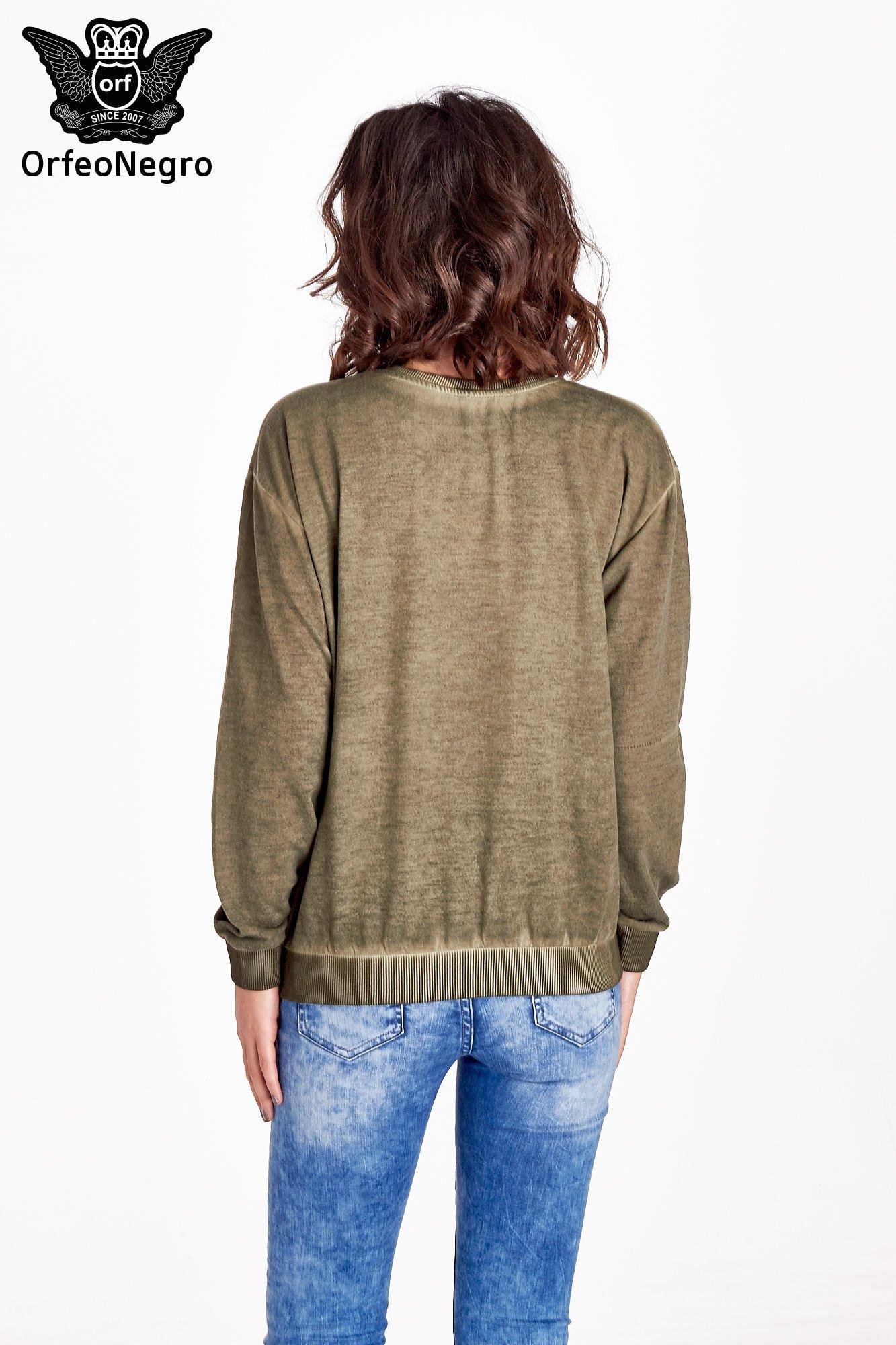 Zielona bluza z numerkiem i efektem dekatyzowania                                  zdj.                                  2