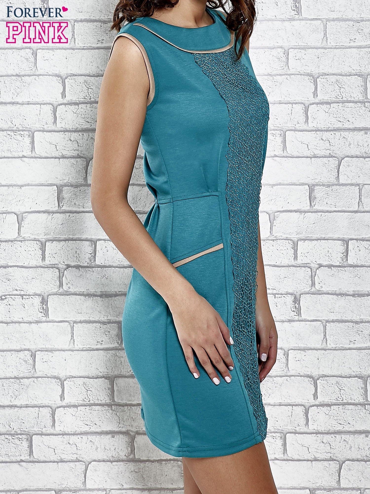 Zielona dopasowana sukienka z pionową aplikacją                                  zdj.                                  3