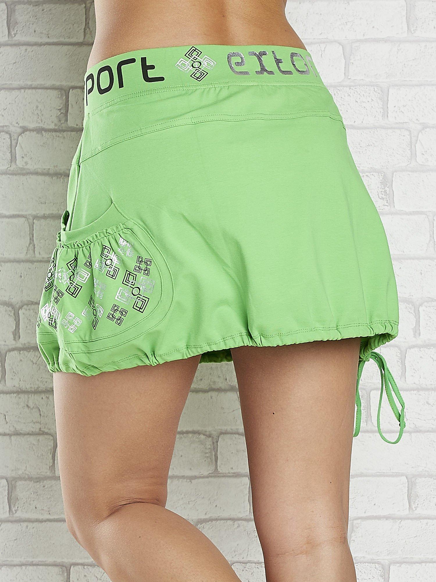 Zielona spódnica dresowa z nadrukami i troczkiem na dole                                  zdj.                                  6