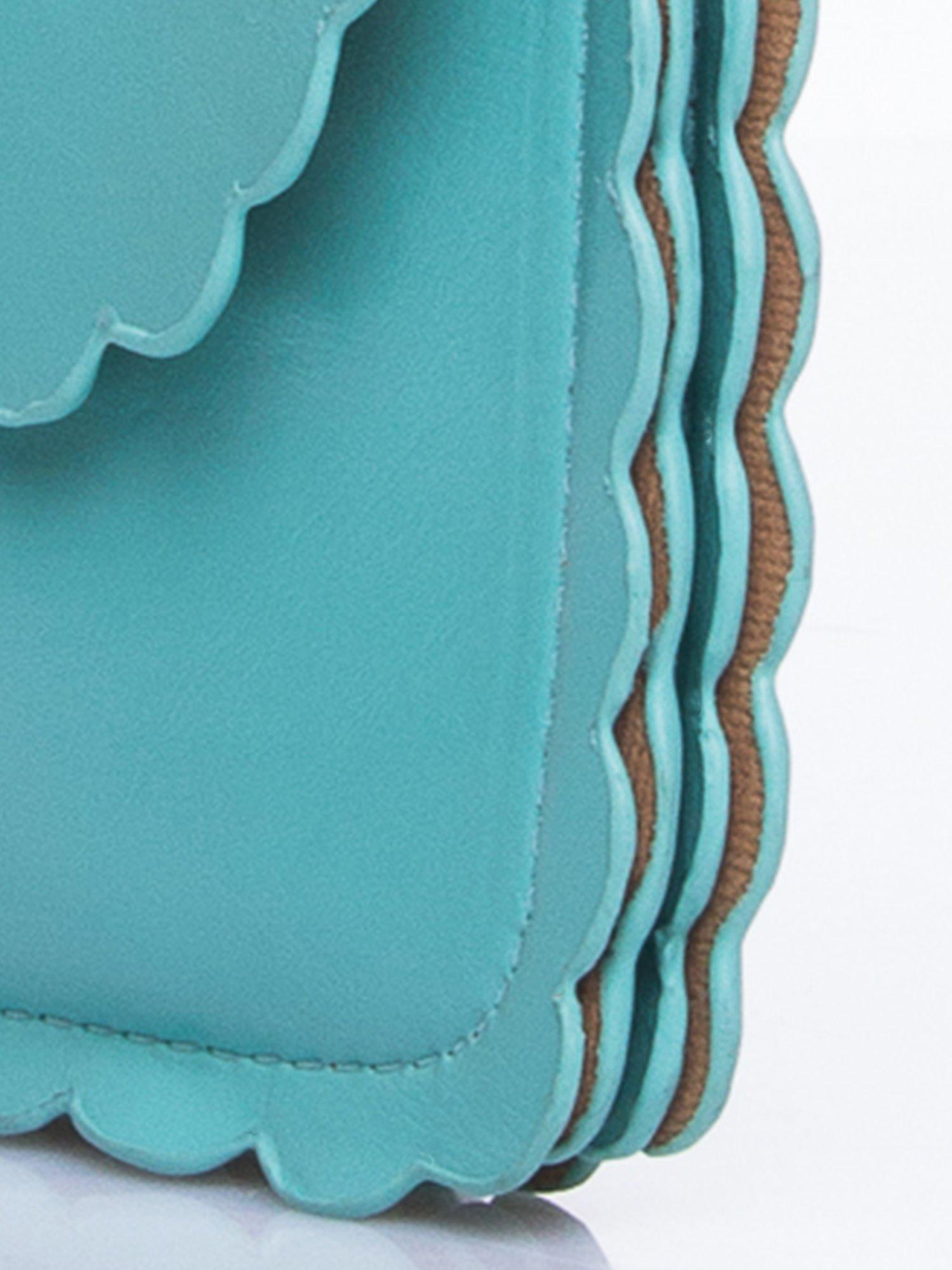 Zielona torebka listonoszka z falowanym wykończeniem                                  zdj.                                  8