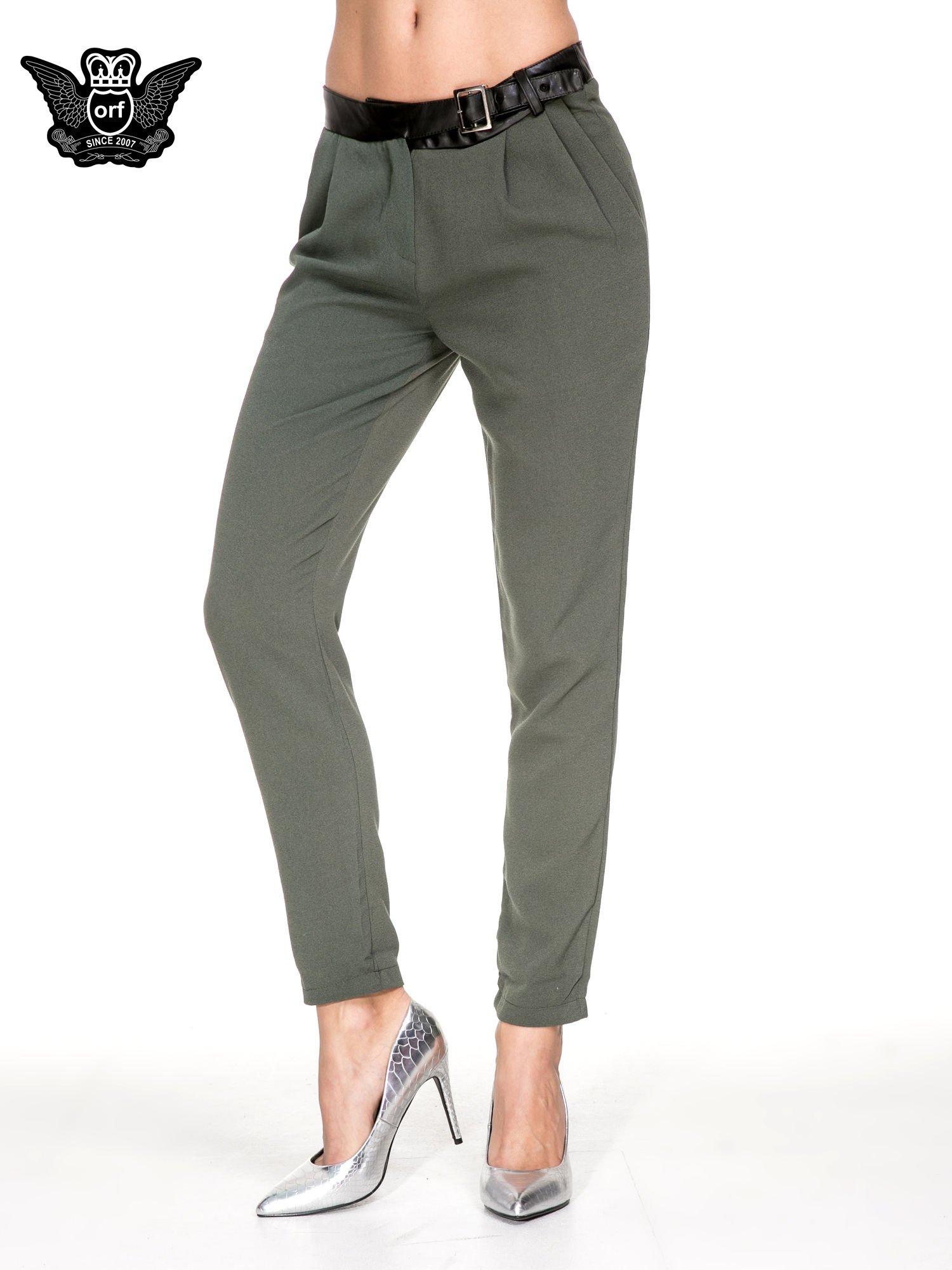 Zielone spodnie materiałowe ze skórzanym pasem                                  zdj.                                  1