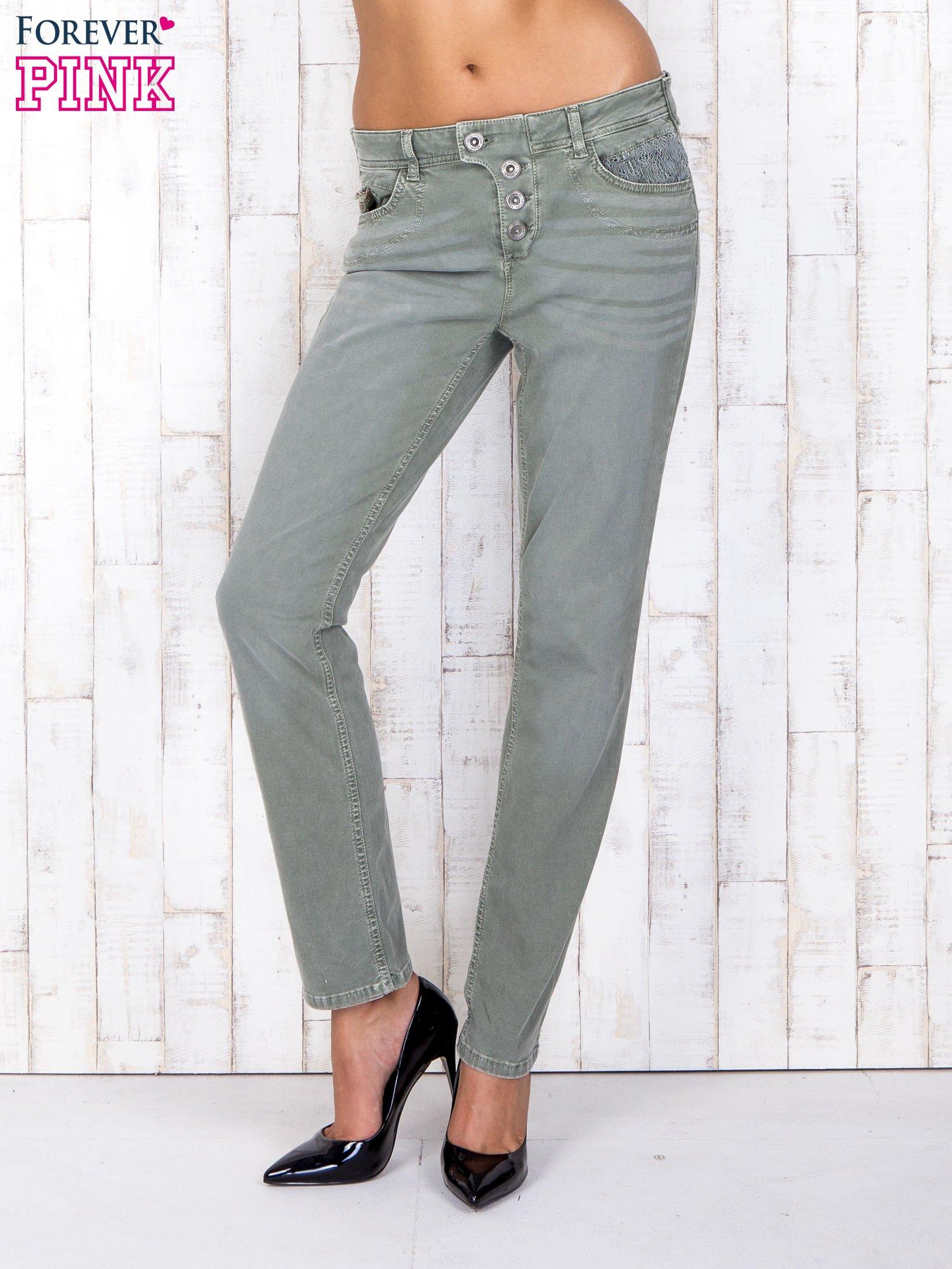 Zielone strechowe spodnie z koronką przy kieszeni                                  zdj.                                  1