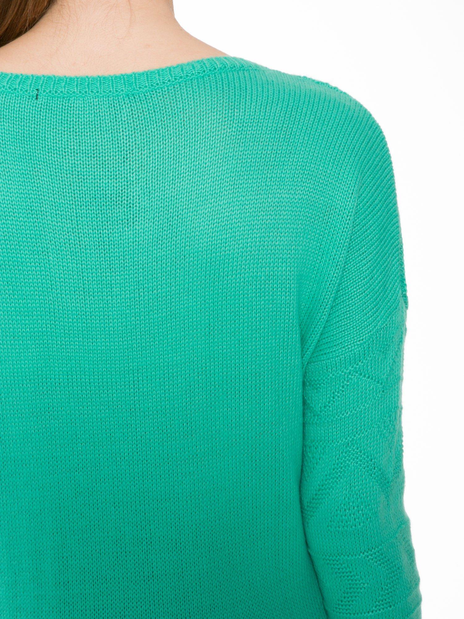 Zielony sweter w azteckie wzory z frędzlami na dole                                  zdj.                                  7